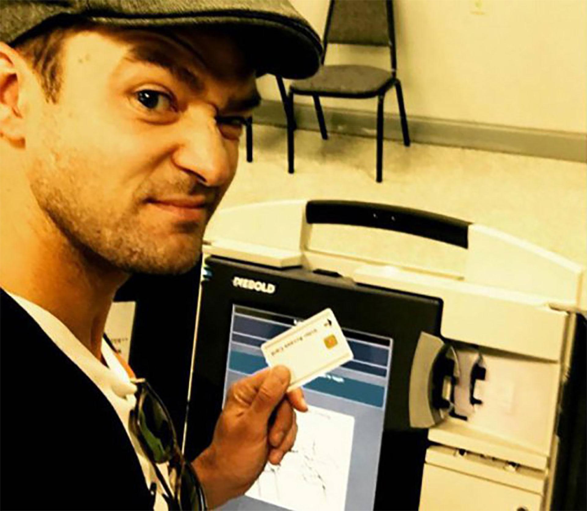 Justin Timberlake se metió en problemas por esta selfie. En Tennessee, su ciudad natal, está penado tomarse fotos en el centro de votación