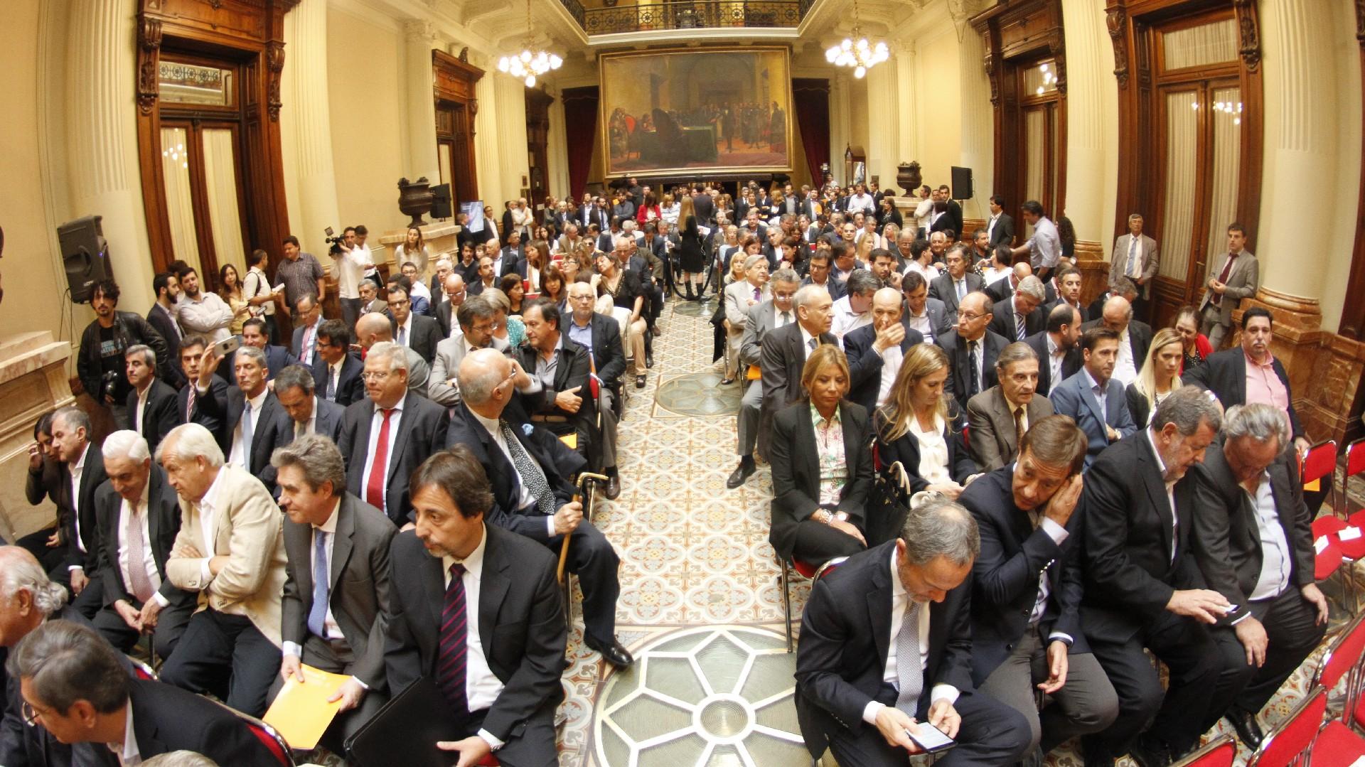 Políticos, periodistas, gente de la cultura colmaron el salón de los Pasos Perdidos del Congreso – Fotos: Nicolás Aboaf