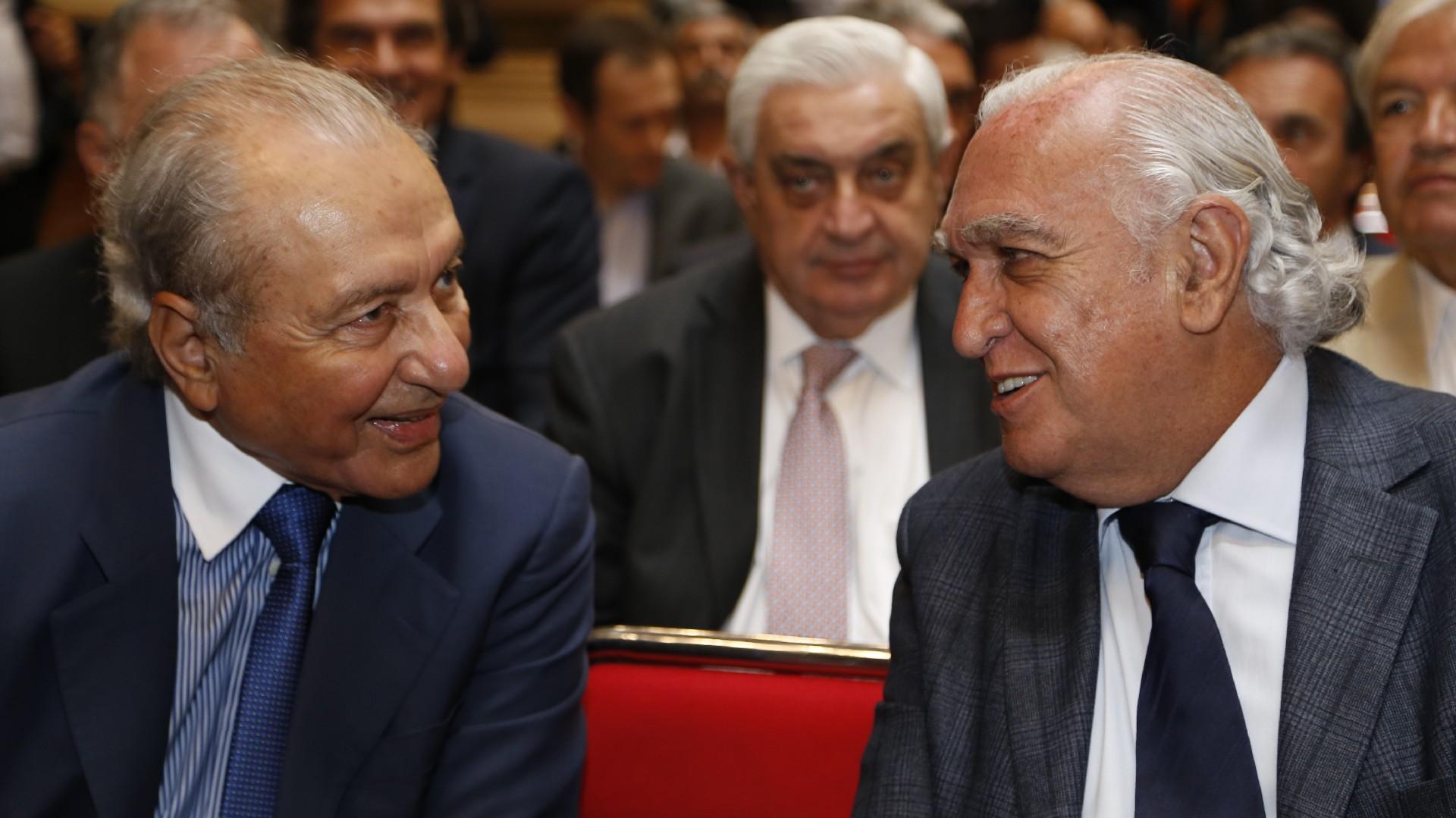 Eduardo Menem junto a Ricardo Gil Lavedra. Atrás, Adelmo Gabbi, presidente de la Bolsa de Comercio