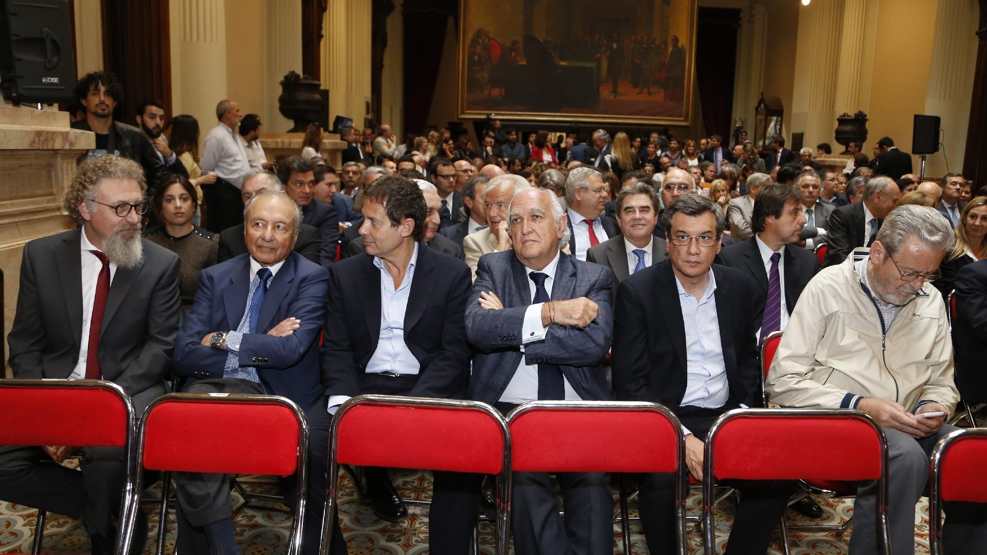 Eduardo Menem y Ricardo Gil Lavedra, dialogando con otros dirigentes políticos