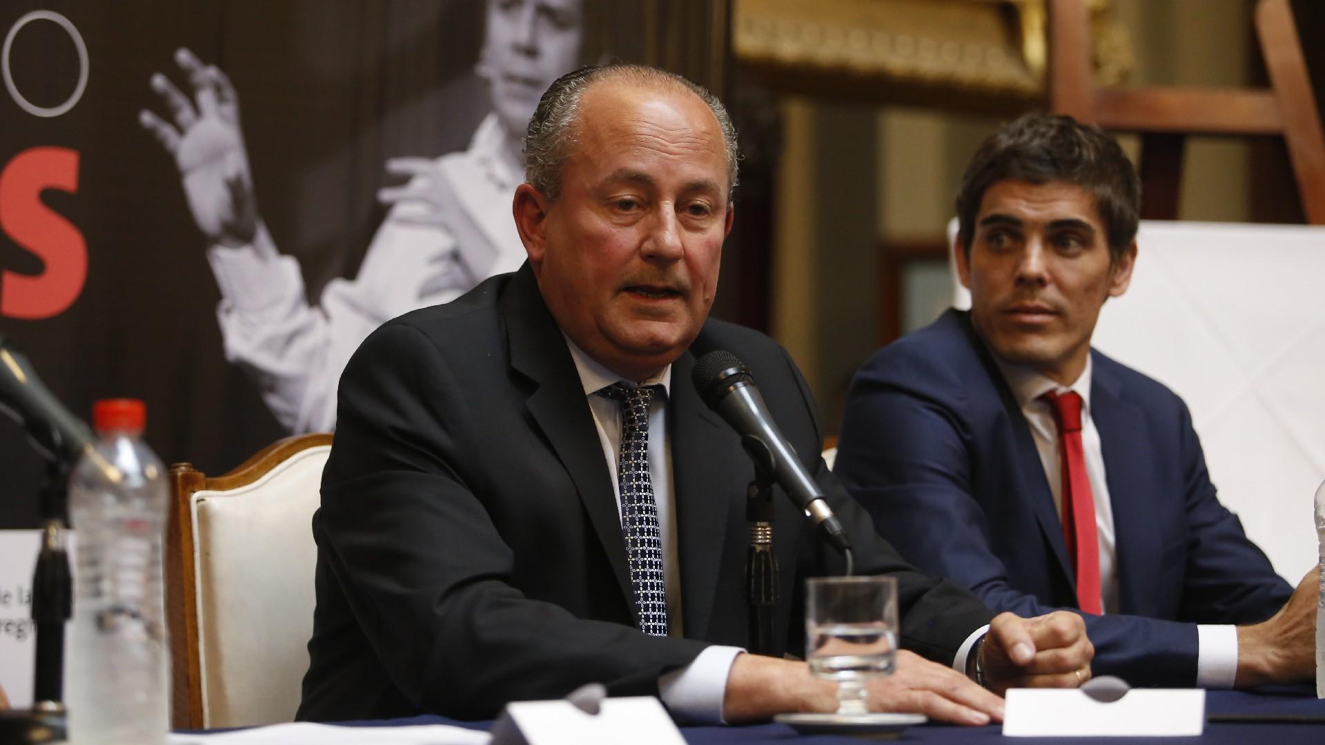 El senador Juan Carlos Marino, impulsor de este reconocimiento, junto a Gabriel Bartolomé