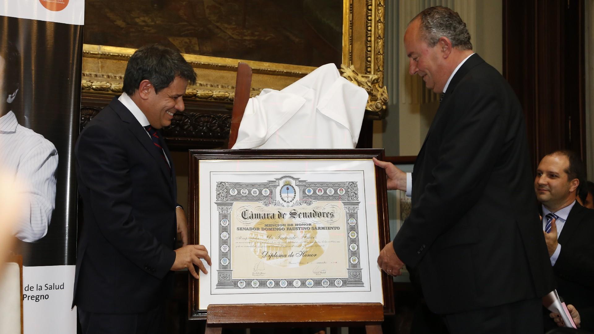 El senador Marino le entrega la distinción Domingo F. Sarmiento a Manes
