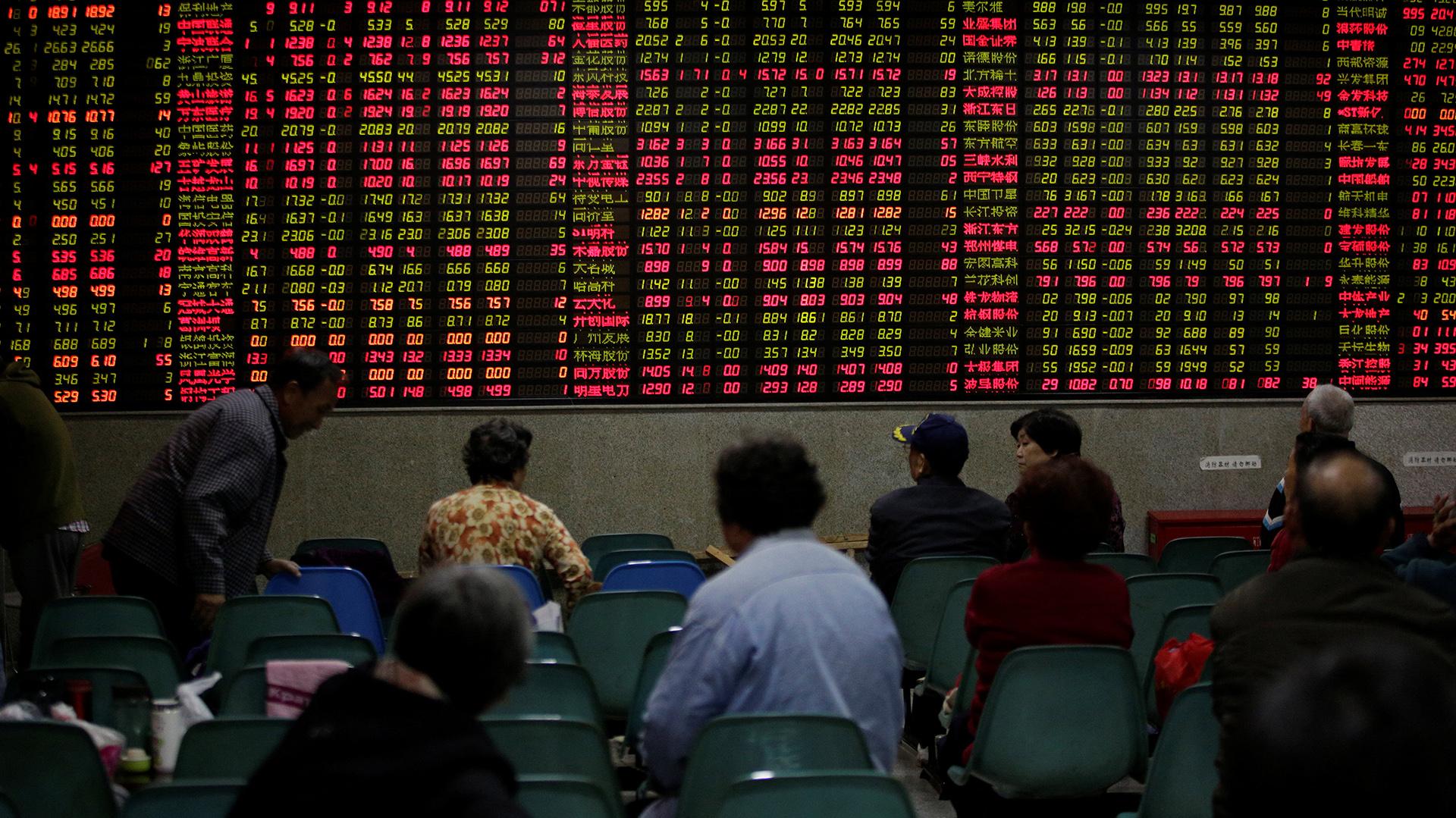 La baja de los mercados globales y el impacto en las pizarras locales (Reuters)