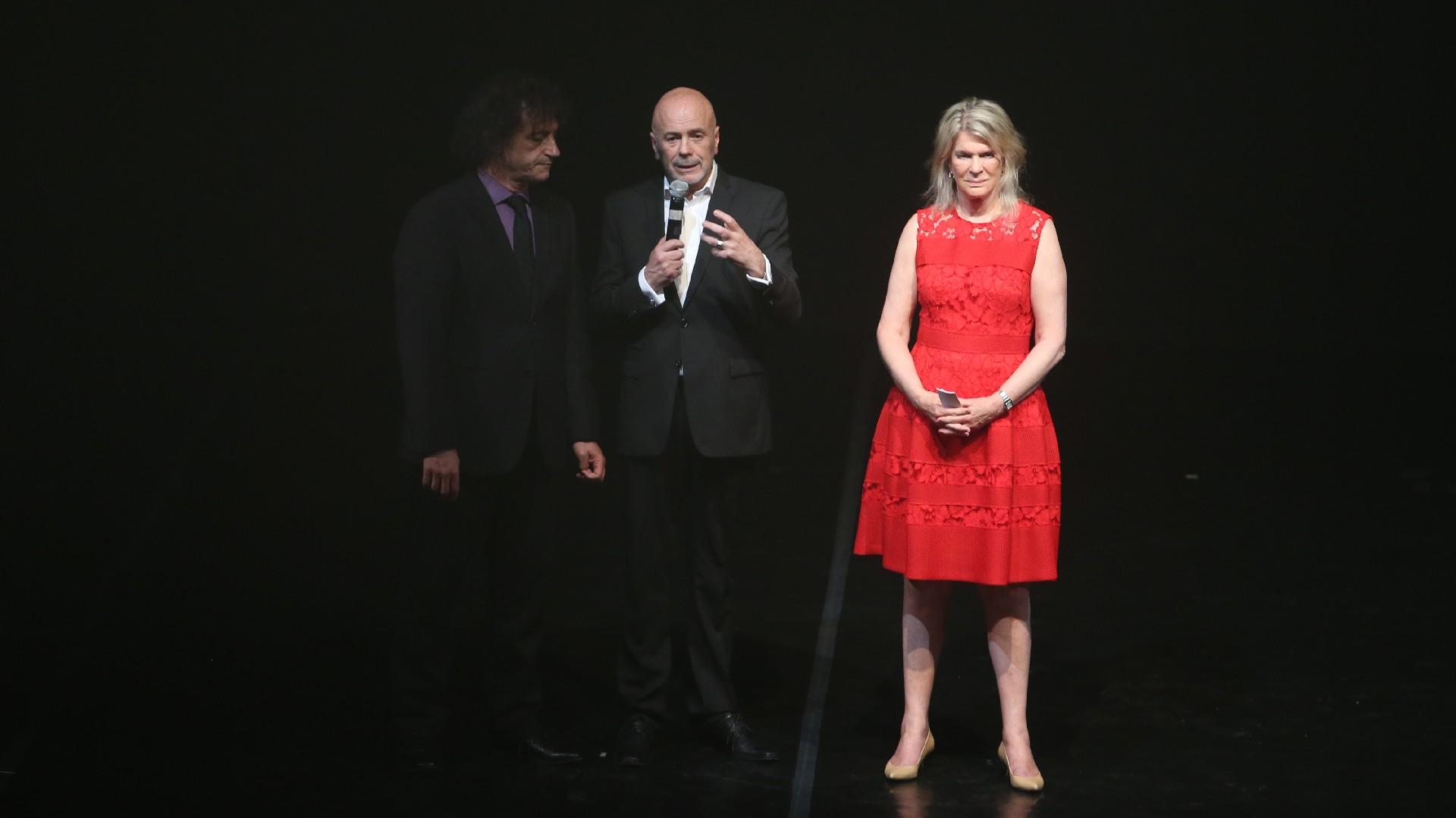 Eva Thesleff de Soldati en el escenario del Teatro de la Ribera junto al ministro de Cultura porteño, Ángel Mahler, y al director del Complejo Teatral de Buenos Aires, Jorge Telerman