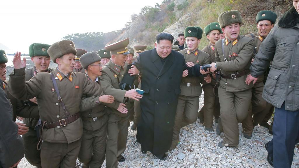 Kim Jong-Un junto a militares de distinto rango (Reuters)