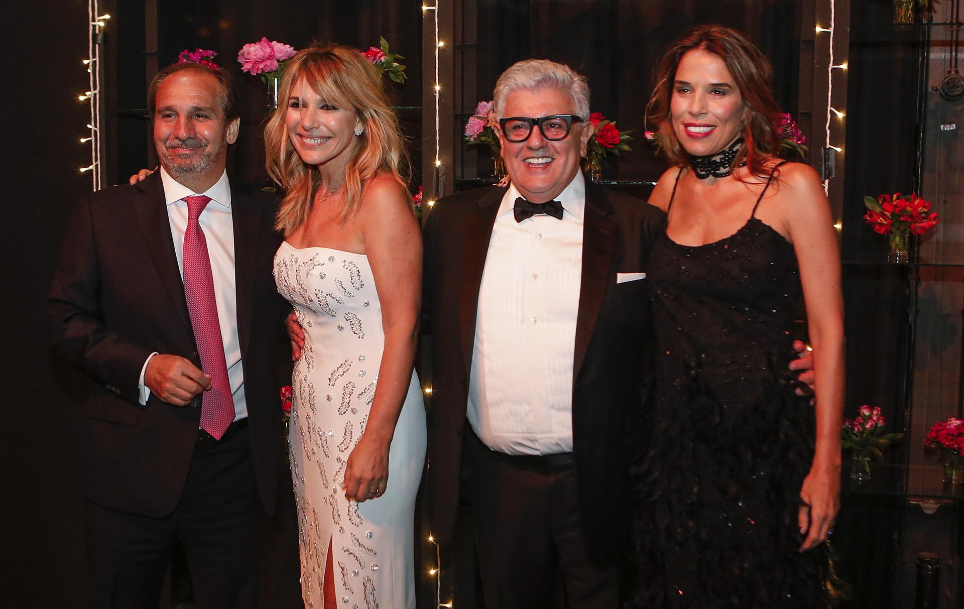 El empresario Nicolás Caputo y su esposa, Agustina Lhez, junto a Carlos Gorosito y Grace Ratto