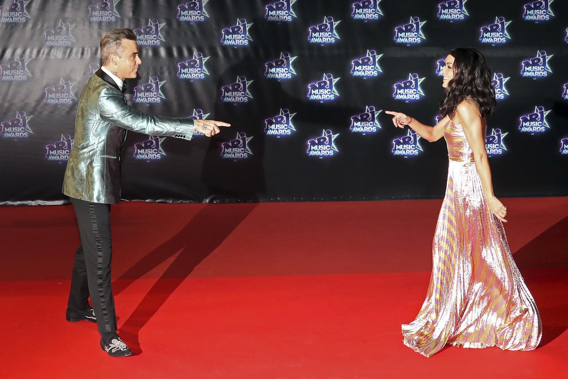 Robbie Williams y Jennifer se divirtieron posando en la red carpet, antes de ingresar a la ceremonia de premiación /// Fotos: AFP