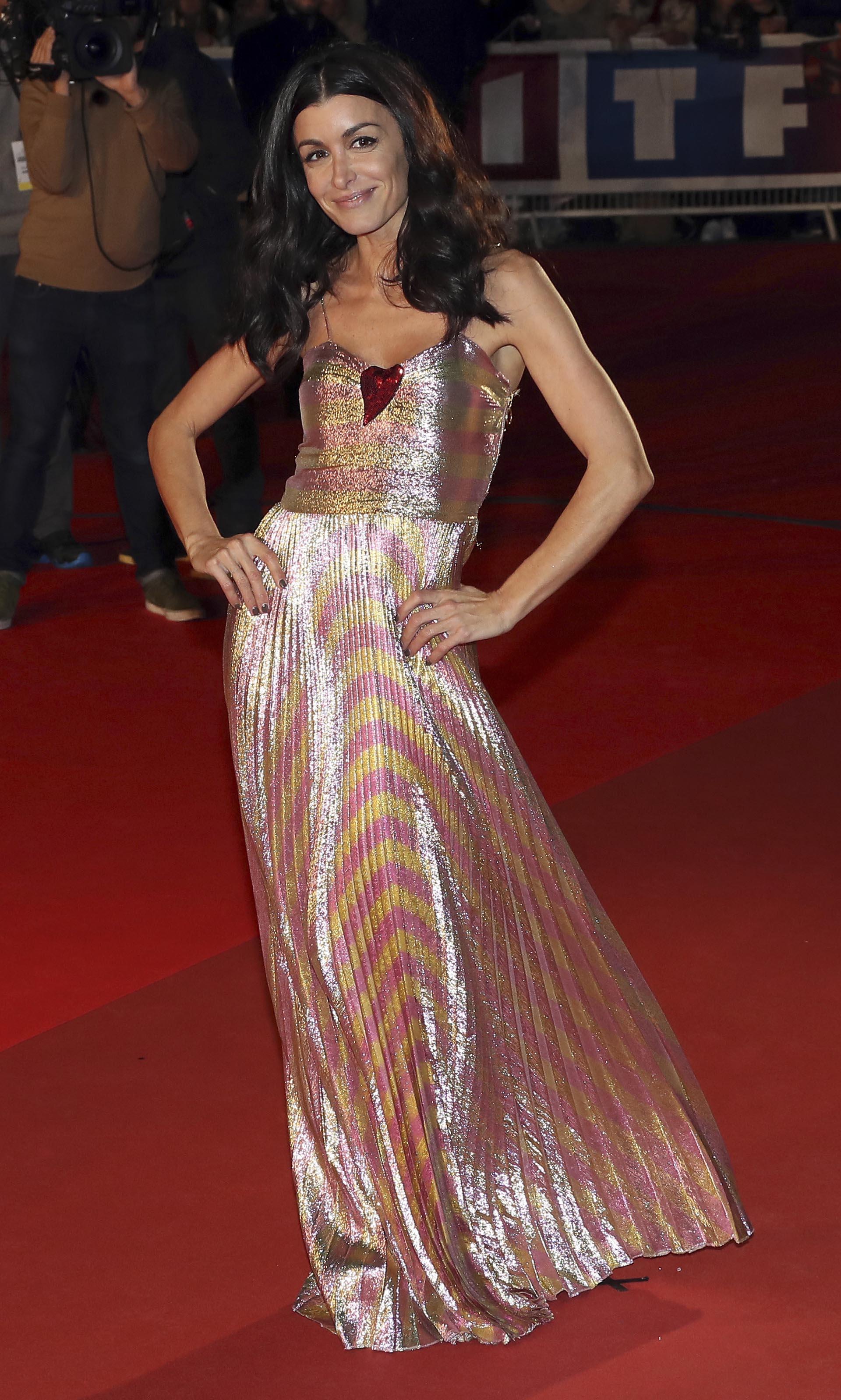 Jennifer lució su figura con un vestido de gala con falda plisada y también se sumó a las telas con mucho brillo