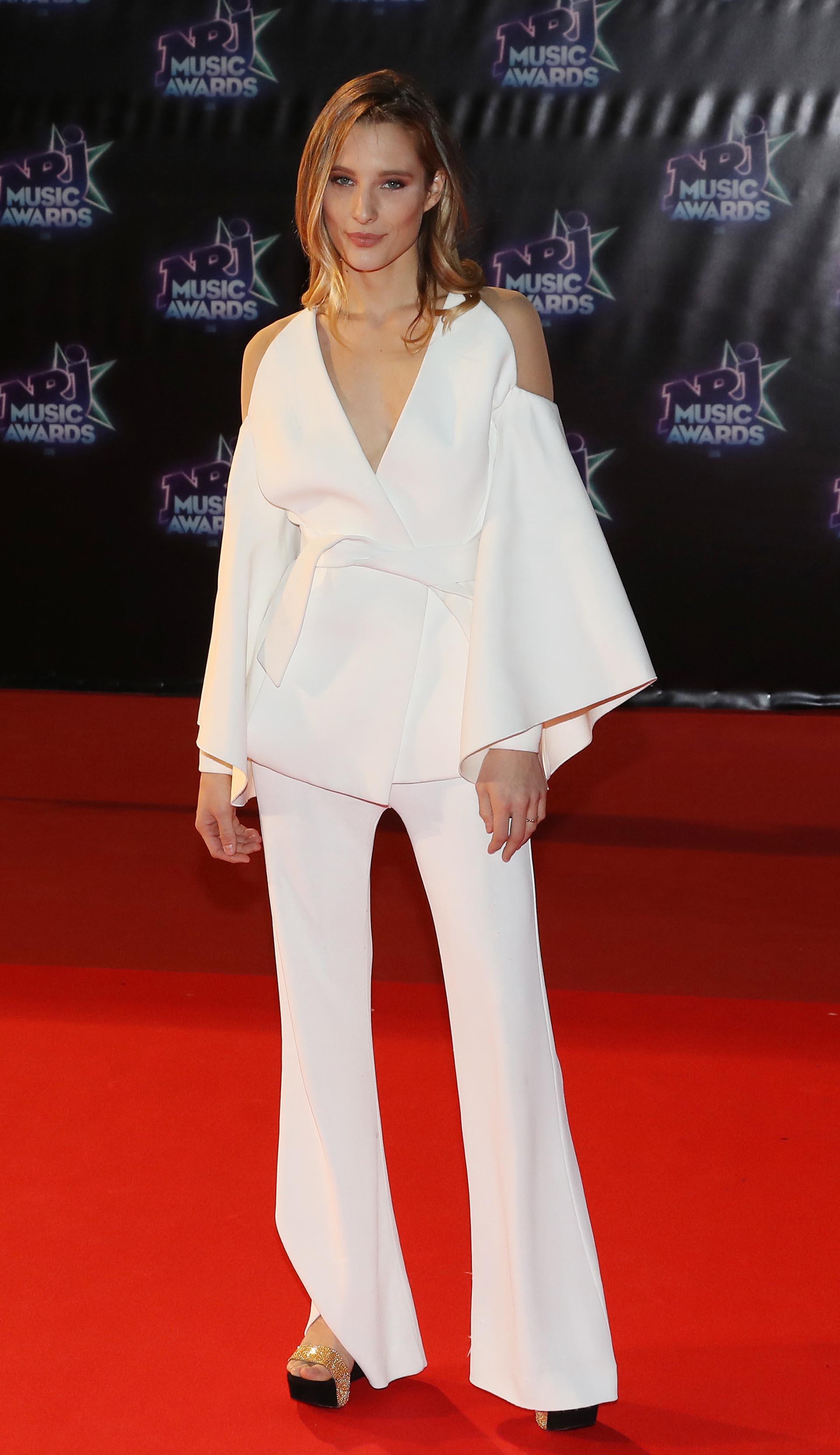 La modelo francesa Ilona Smet con un sofisticado modelo de dos piezas