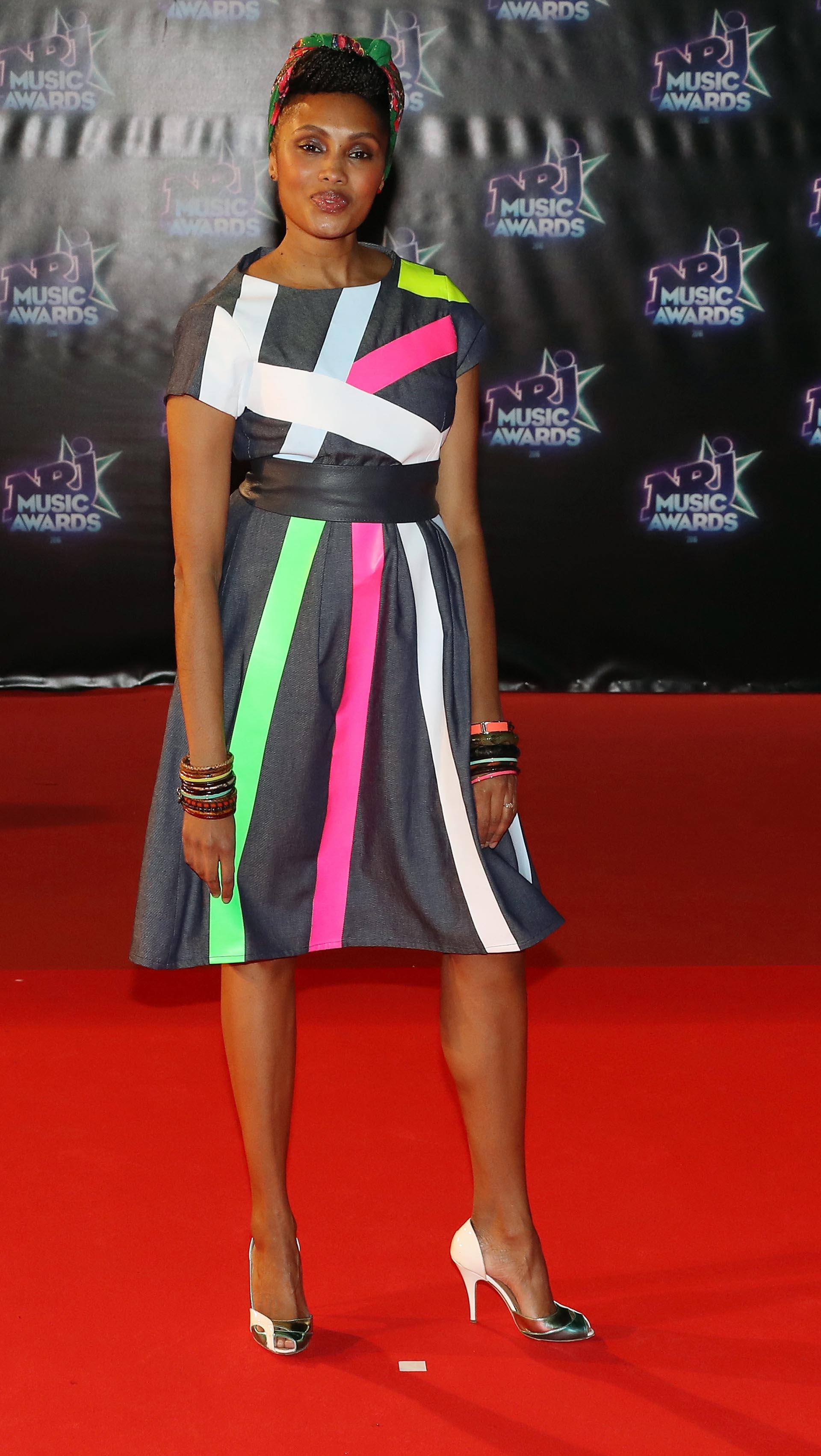 La cantante francesa Imany eligió un original diseño de tiras multicolor