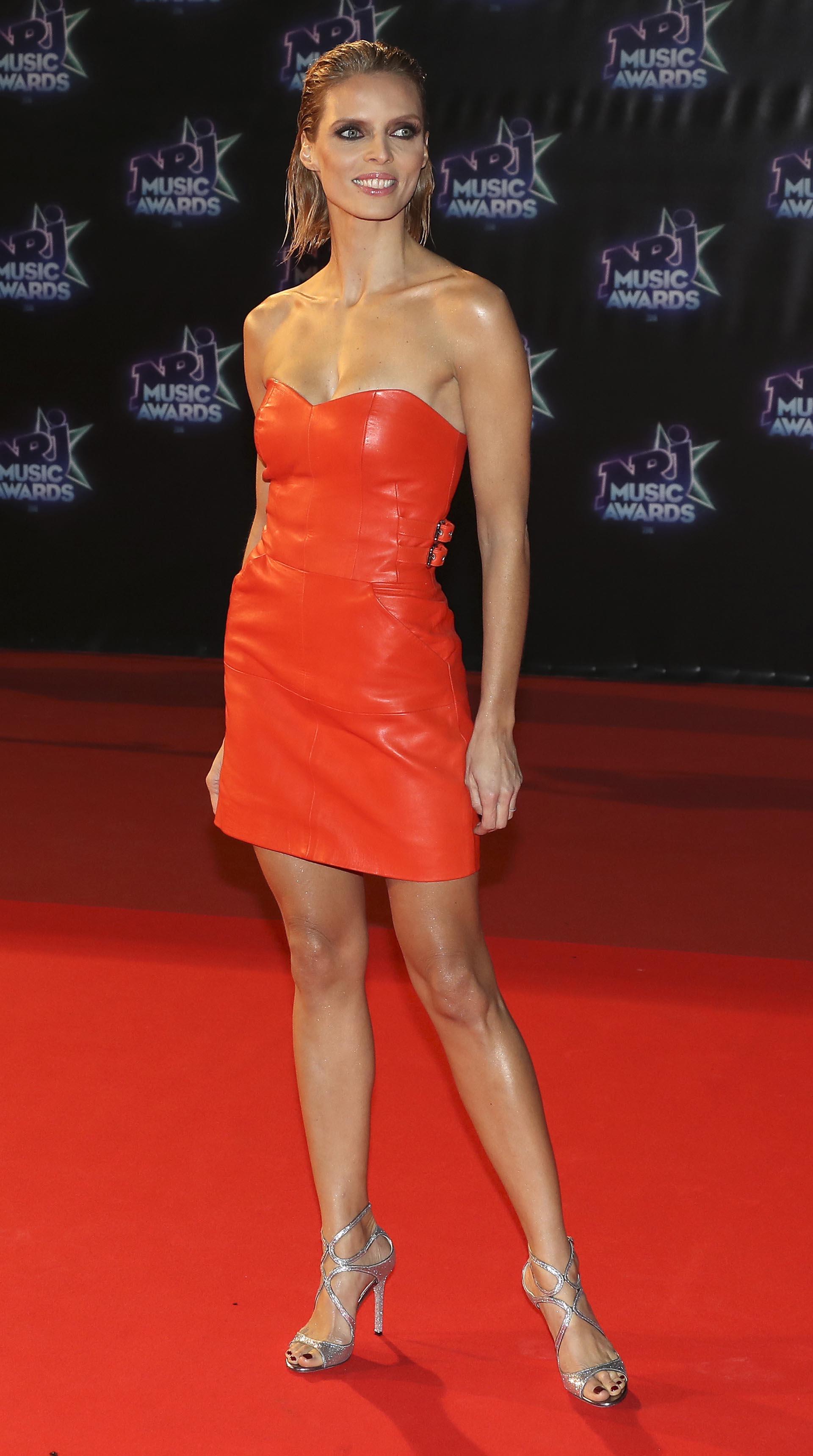 Vestido rojo y sandalias plata para la modelo Sylvie Tellier