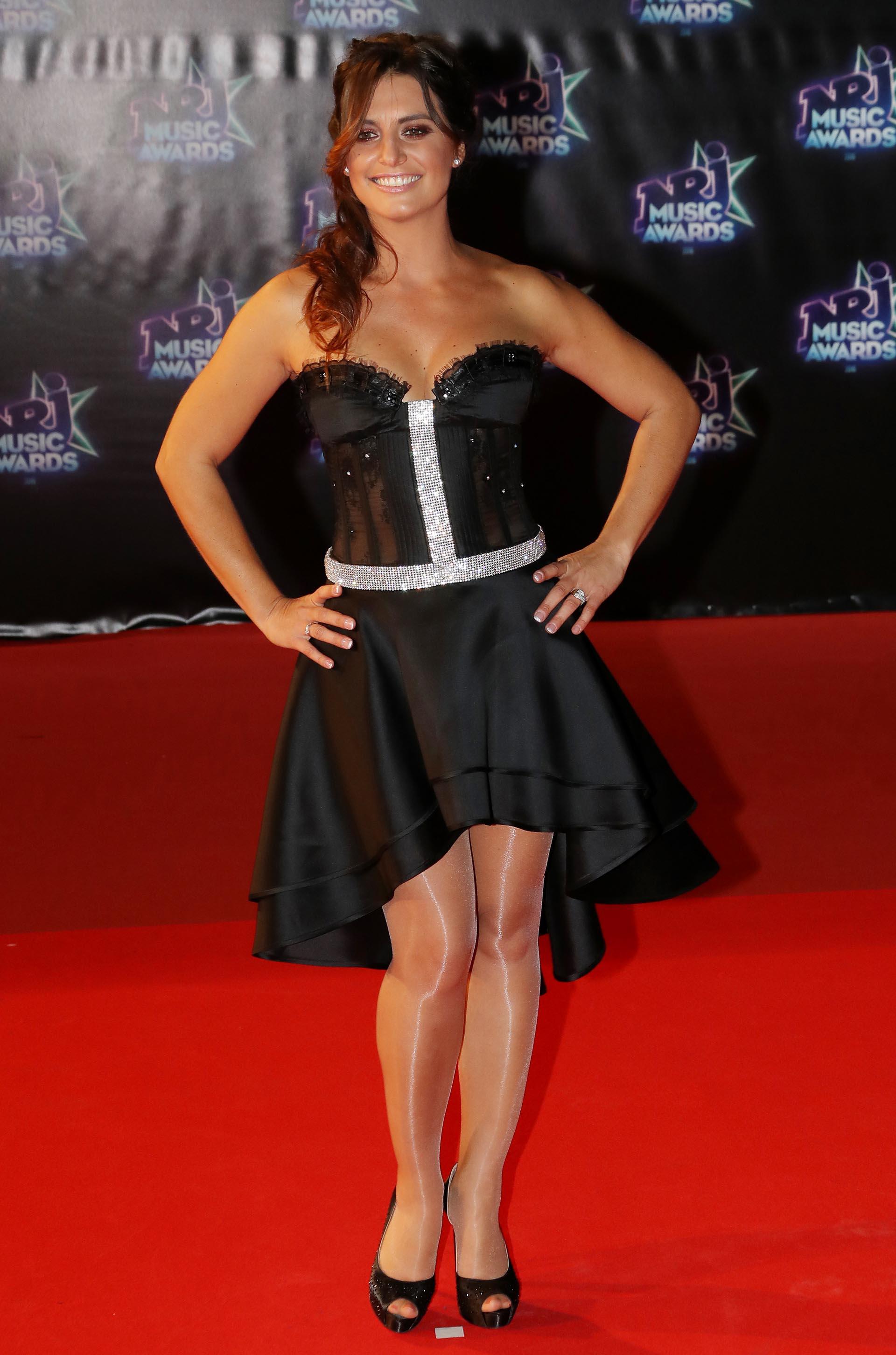 La actriz Laetitia Milot con un vestido strapless y falda irregular