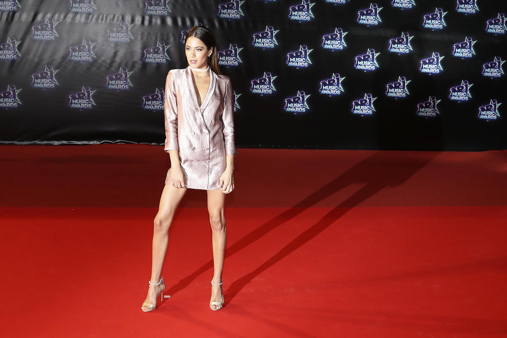 La actriz y cantante argentina lució fabulosa con un vestido metalizado tipo blazer y sandalias nude con perlas en sus tobillos