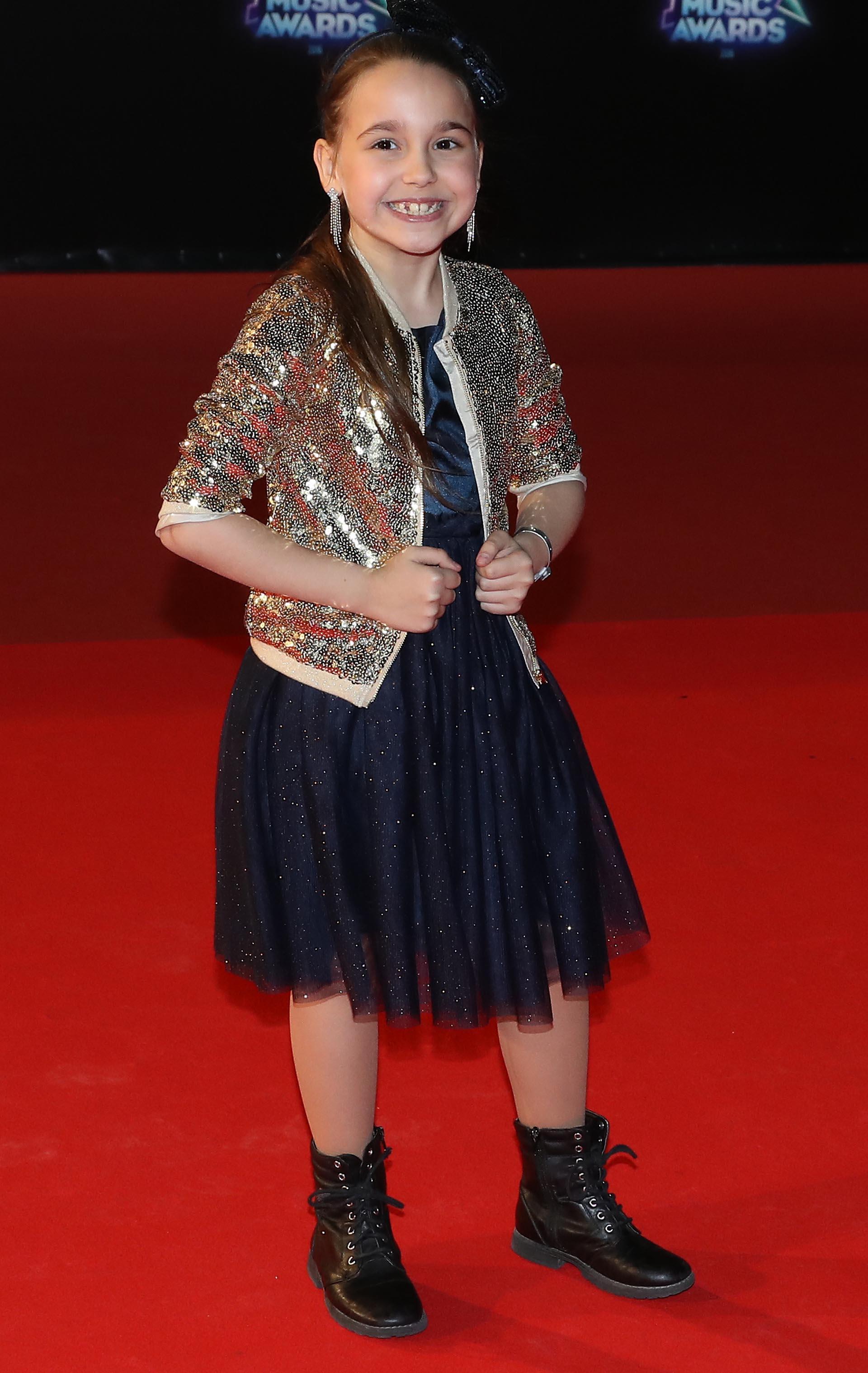 La pequeña Manuela, integrante de la banda francesa Kids United's, también eligió un look con mucho brillo y borceguíes