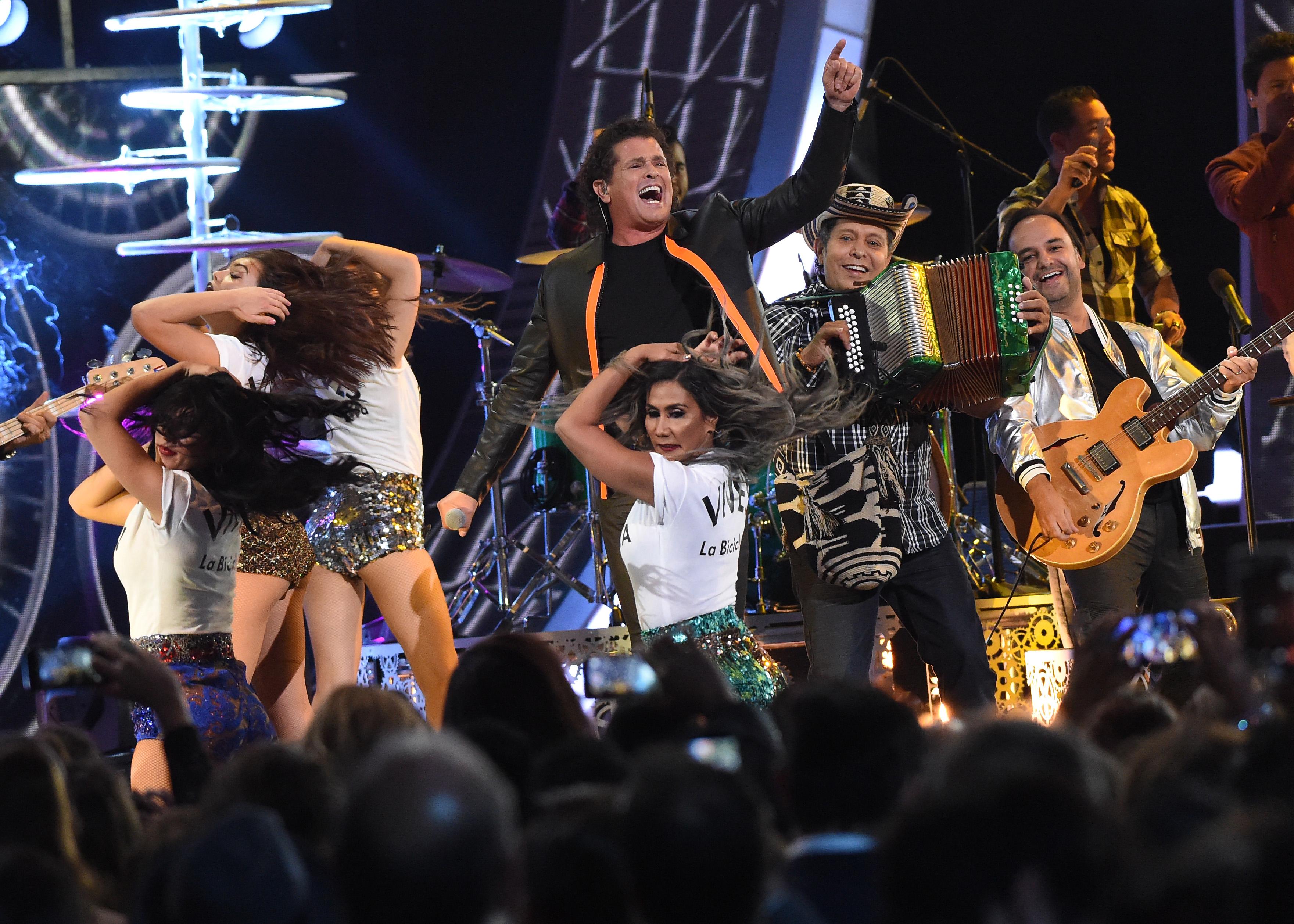 """Carlos Vives ganó junto a Andrés Castro y Shakira dos galardones con su canción """"La Bicicleta"""""""
