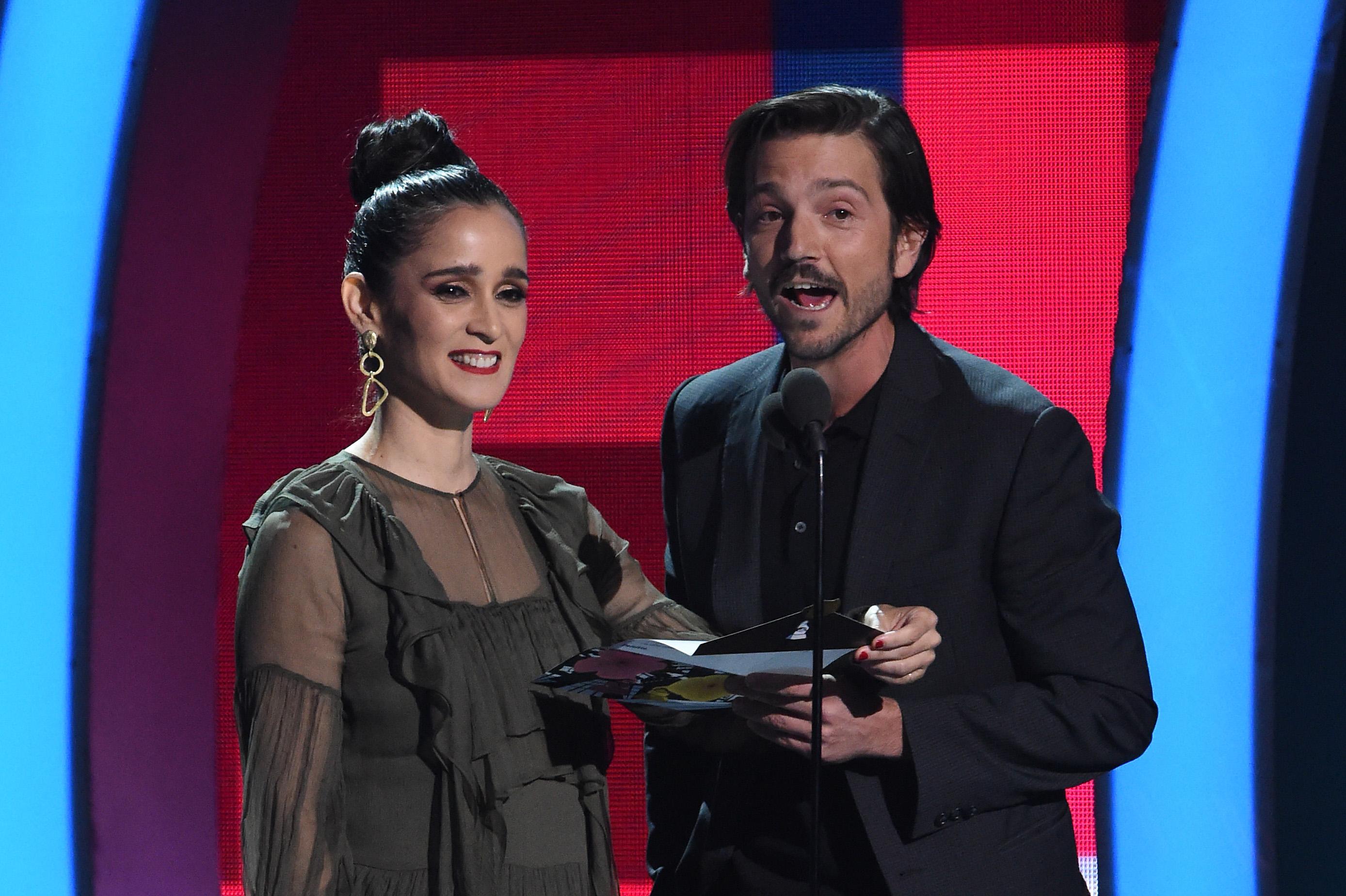 Julieta Venegas y Diego Luna presentan el premio a la canción del año