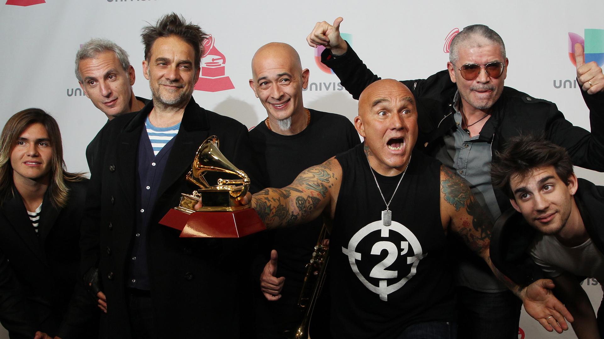 Los Fabulosos Cadillacs posan con su galardón al mejor Album de Rock y a la Mejor Canción de Rock Best Rock