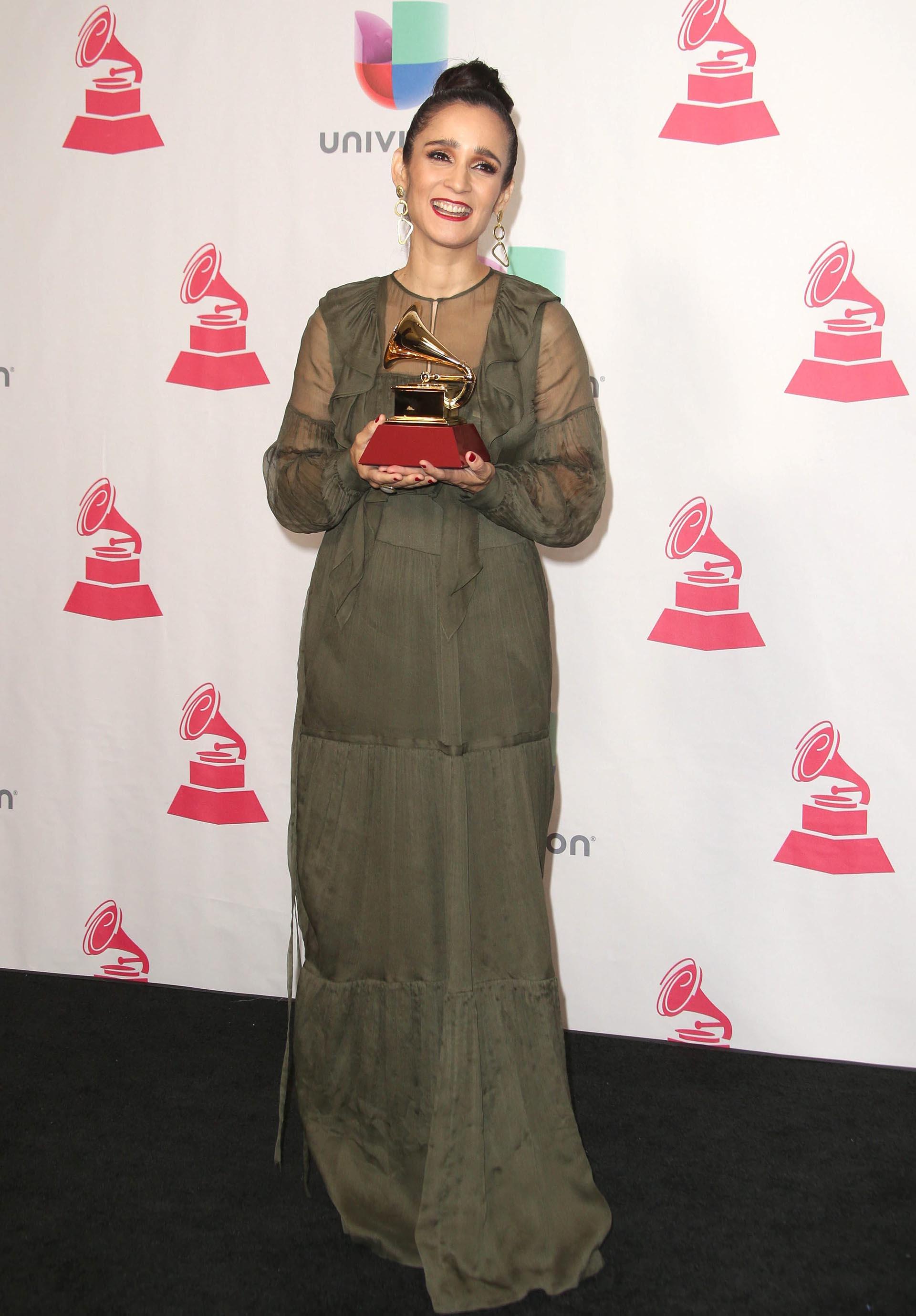 Julieta Venegas posa con su premio a Mejor Álbum Pop/Rock