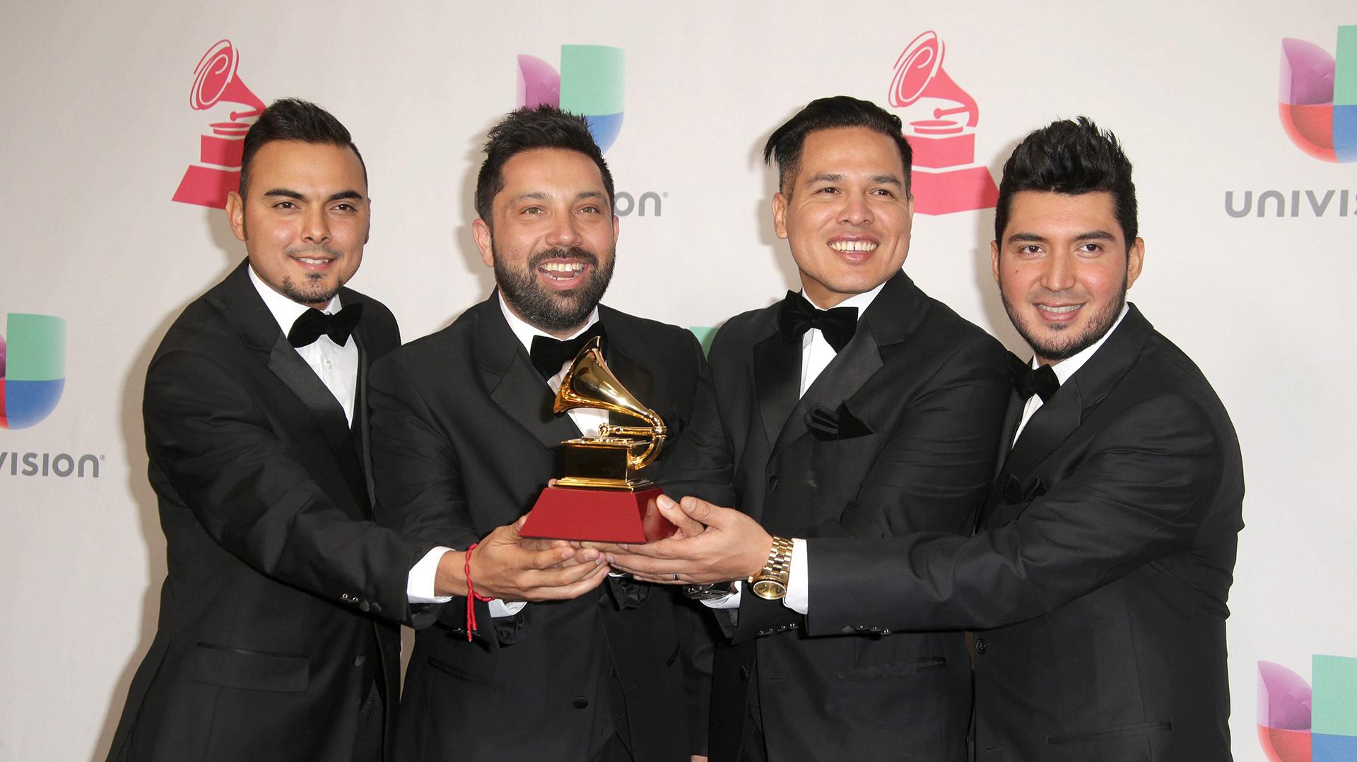 La Banda El Recodo de Cruz Lizarraga posa con su premio a Mejor Álbum de Banda