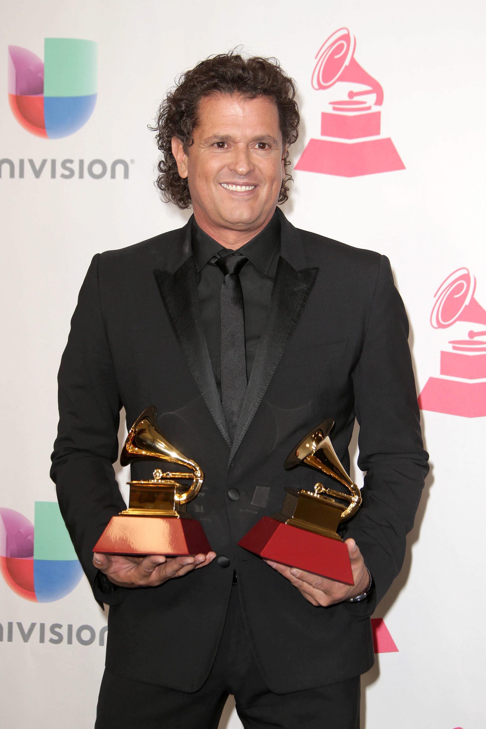 El cantante Carlos Vives posa con sus premios a Canción del Año y Grabación del Año de los Grammy Latino