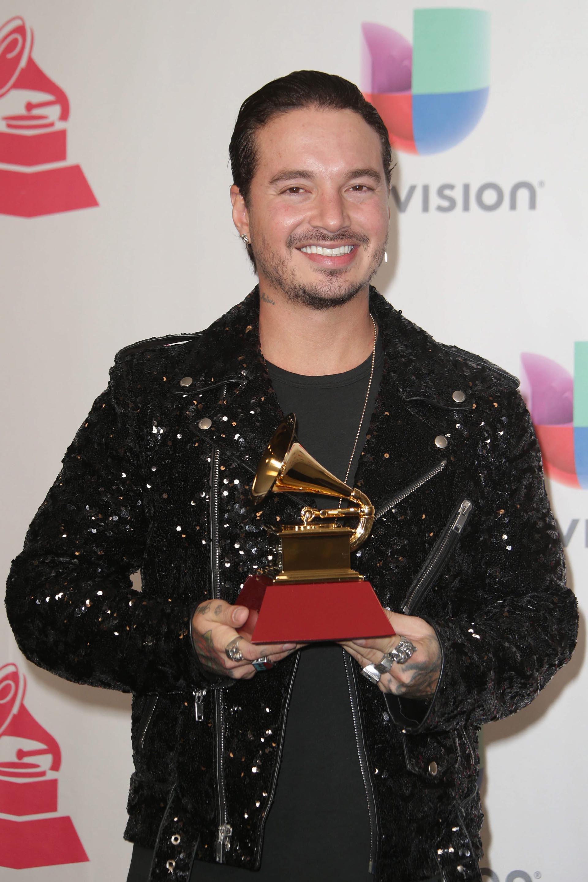El cantante J. Balvin posa con su premio a Mejor Álbum de Música Urbana