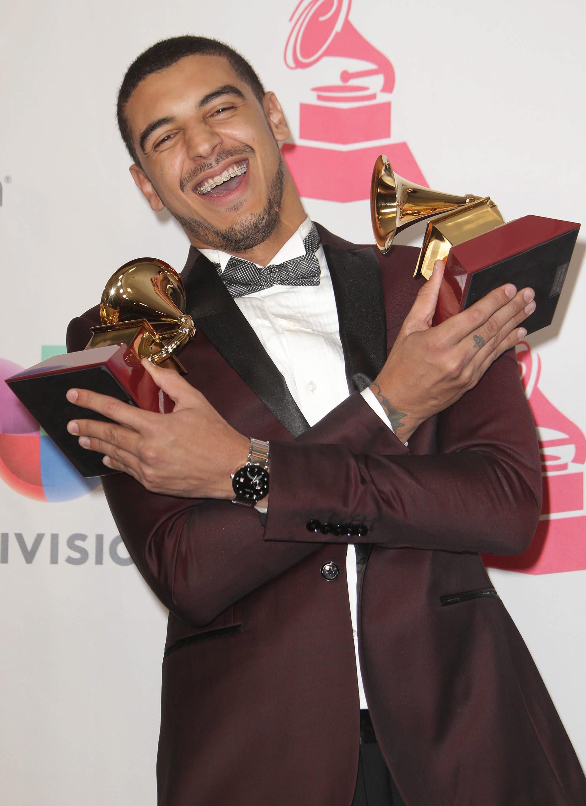 Manuel Medrano posa con sus premios a Mejor Álbum Cantautor y Mejor Artista Nuevo