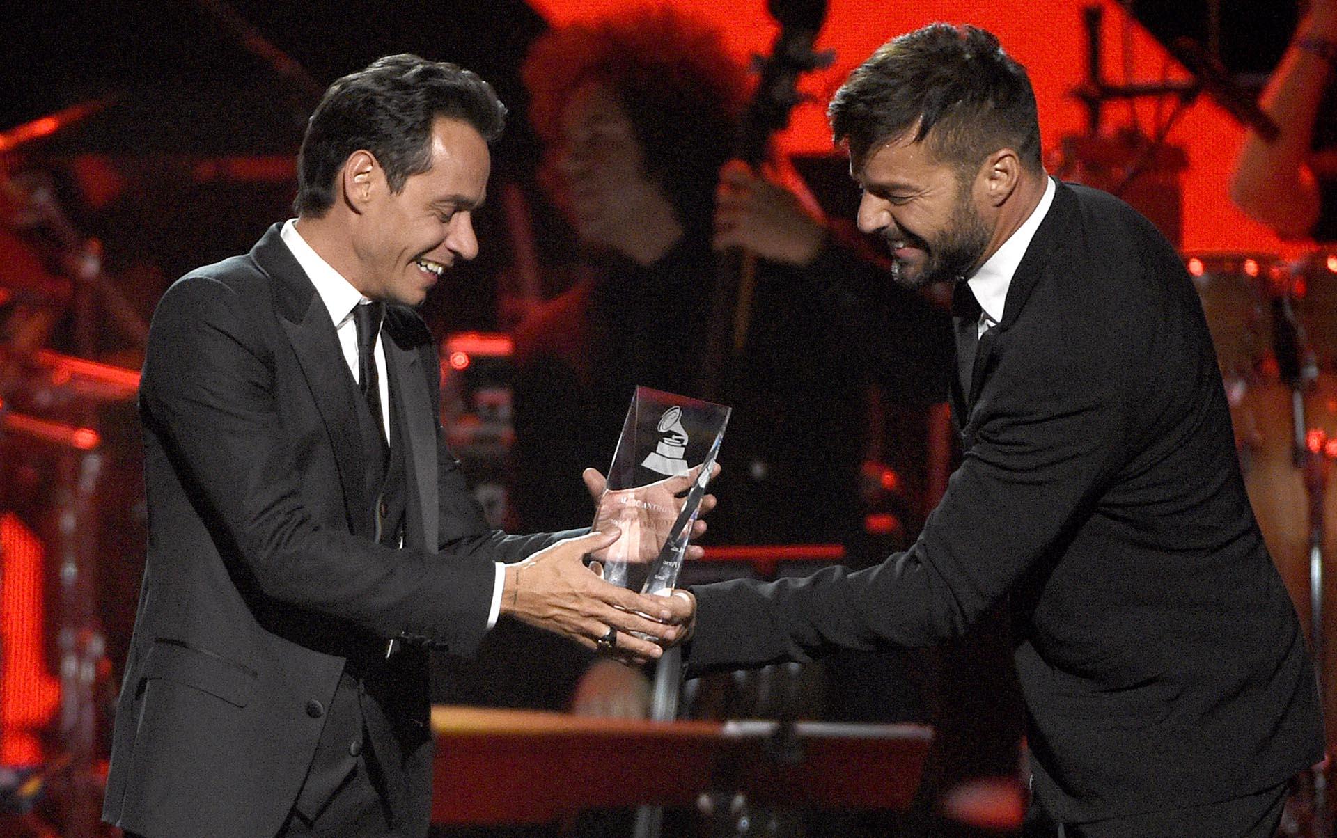 Marc Anthony recibe el premio a la Persona del Año de la mano de Ricky Martin