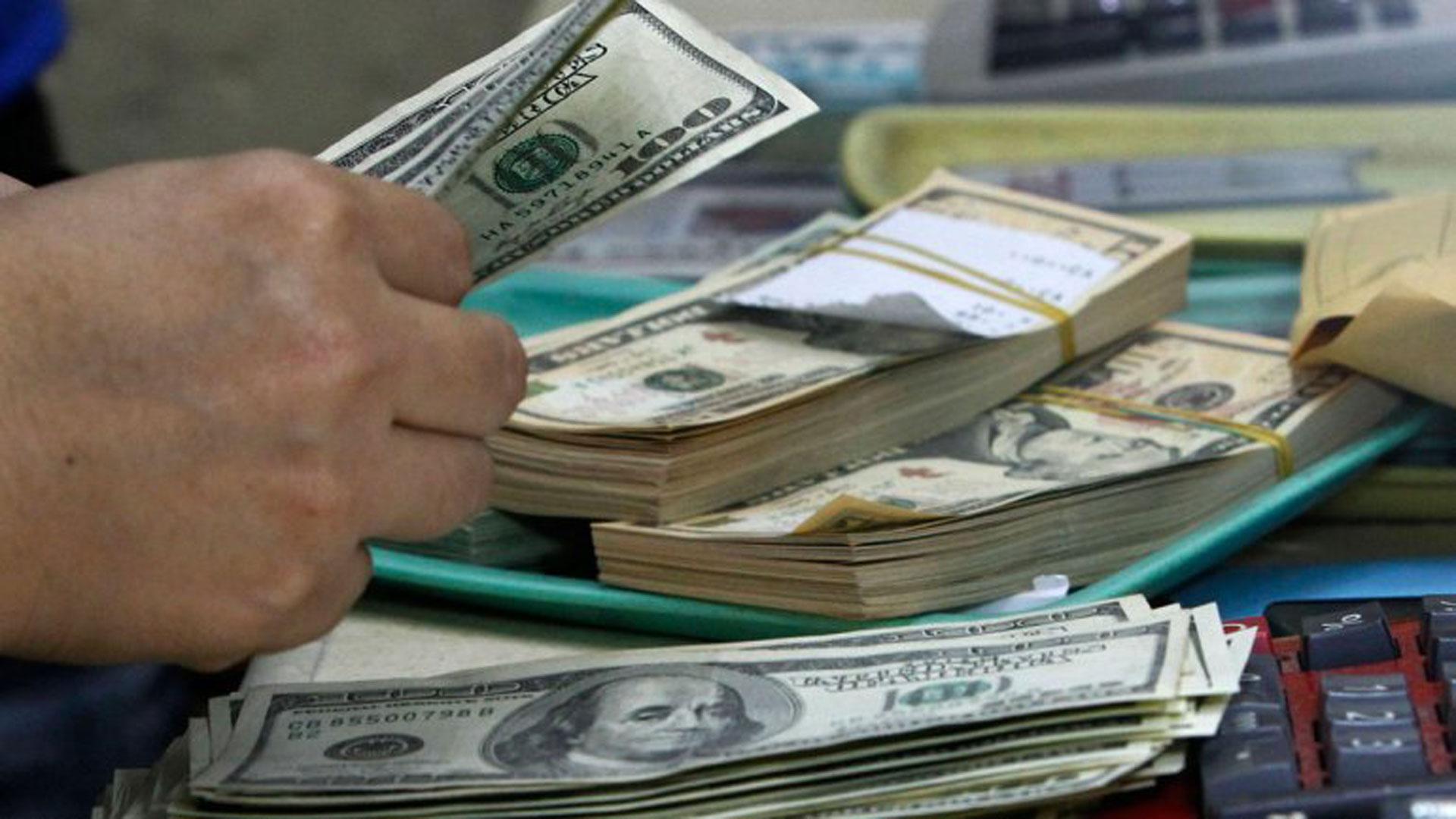 El dólar bajó a $45,89 en los 15 minutos finales (Reuters)