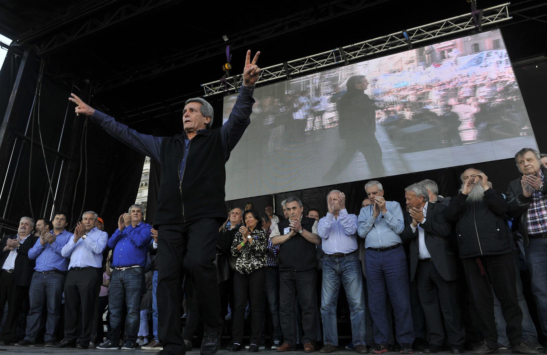 Uno de los líderes de la CGT, Carlos Acuña, fue el primer orador