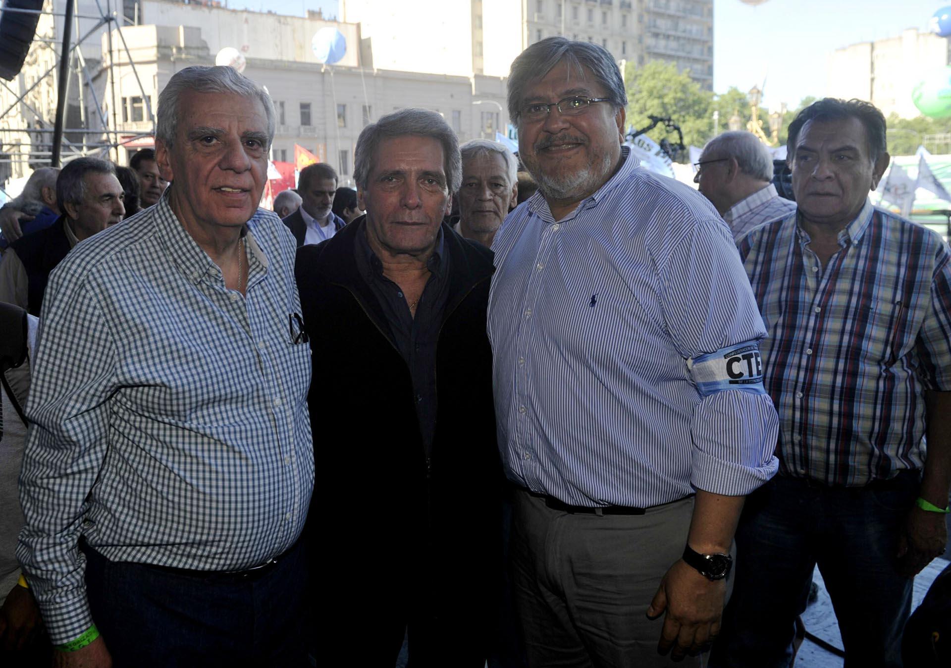 """El diputado Fernando """"Chino"""" Navarro junto a Carlos Acuña"""