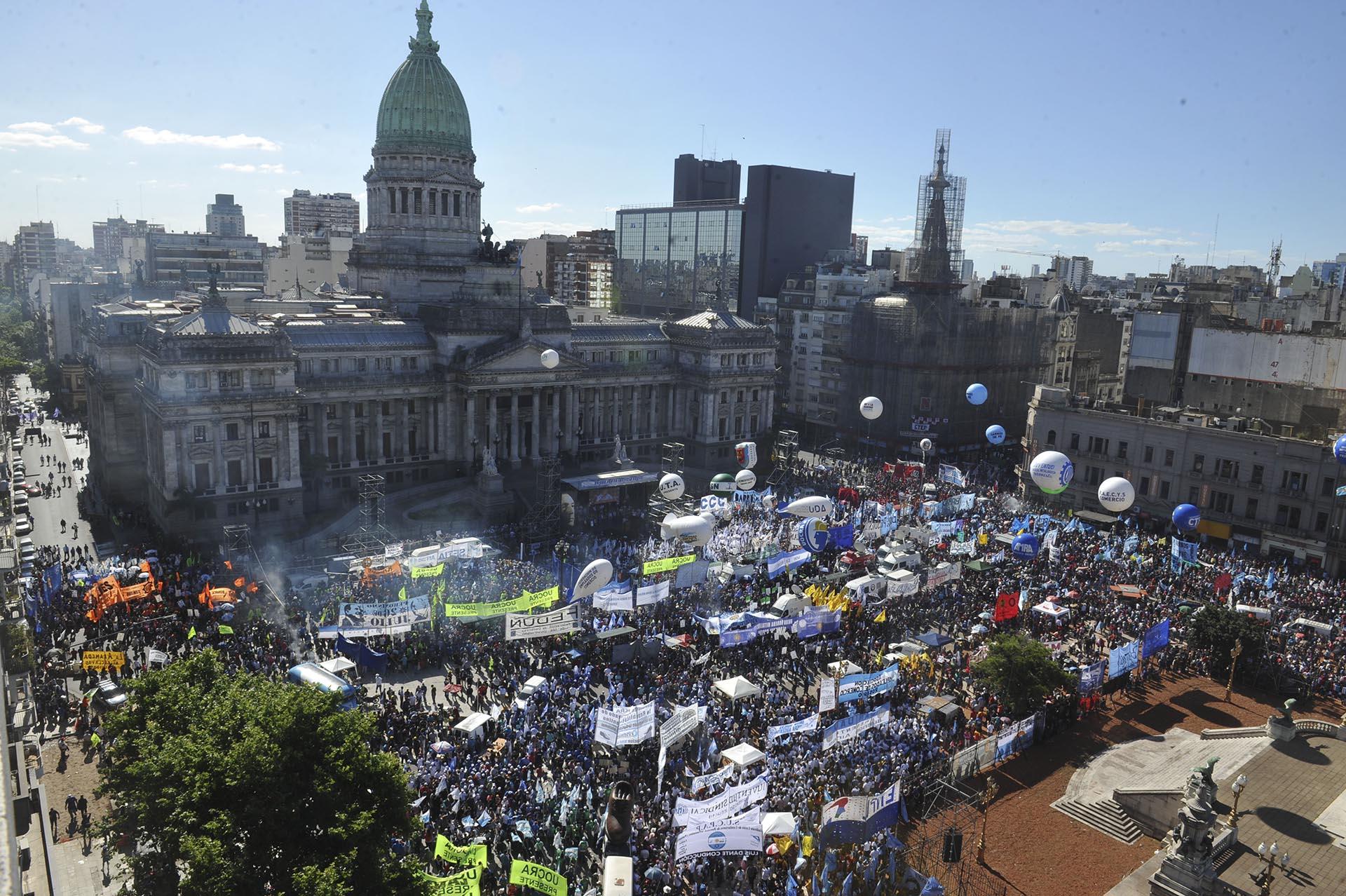 """Con duras advertencias y amenazas de """"salir a las calles en diciembre"""", organizaciones sociales y la CGT se manifestaron frente al Congreso"""
