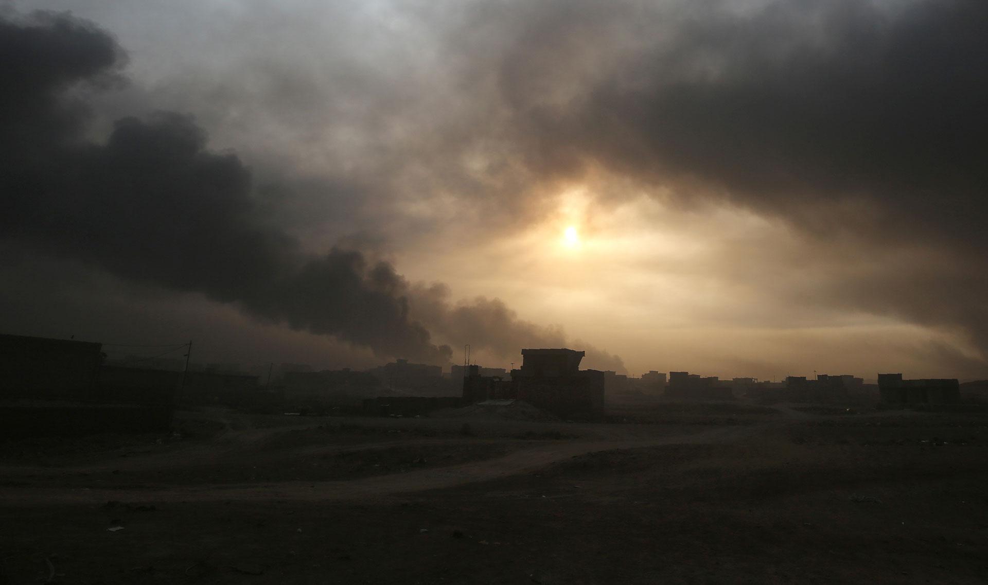 Un manto oscuro cubre el cielo en las zonas aledañas a la ciudad de Mosul (AFP)