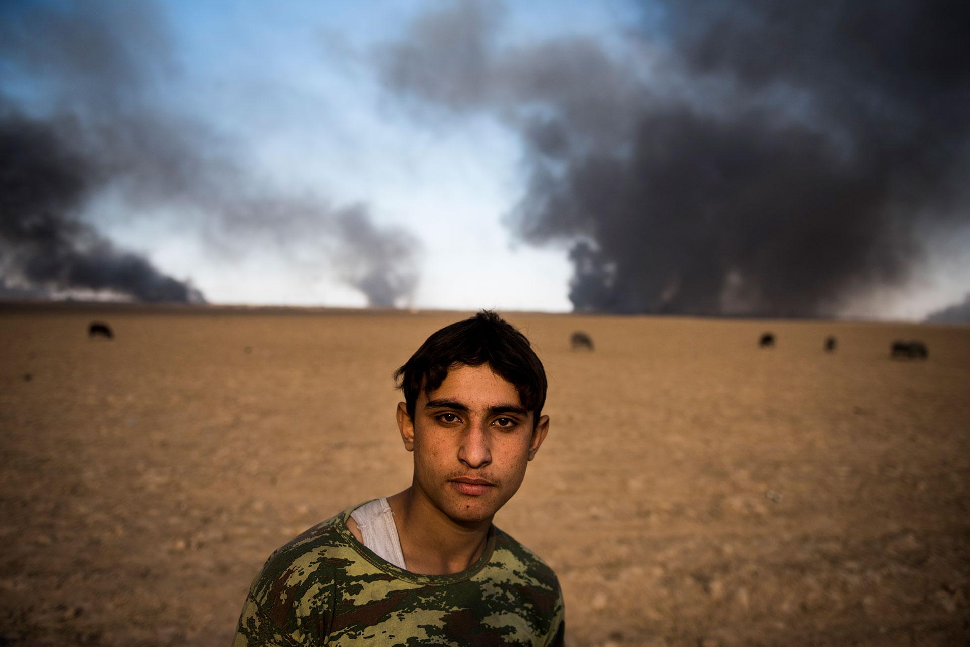 La población se ve afectada por la nube tóxica que liberan los pozos en llamas (AFP)