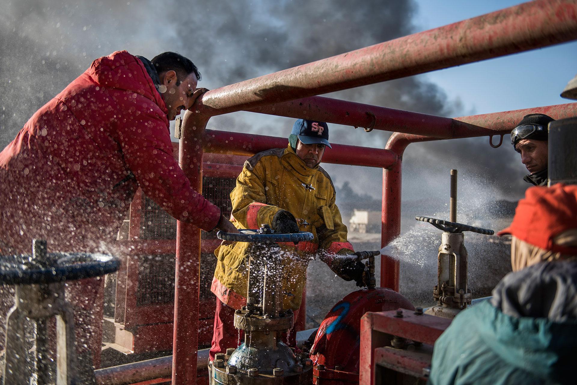 Los trabajadores petroleros trabajan sin descanso en los yacimientos afectados (AFP)