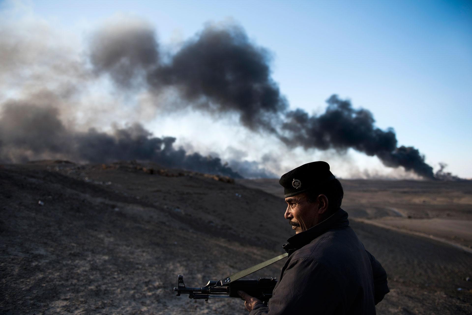 Con las columnas de humo que se elevan en el cielo, el ISIS busca dificultar la visibilidad de los aviones de guerra(AFP)