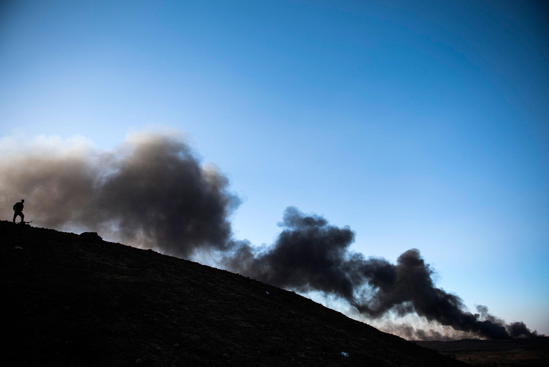En la comarca de Qayyarah, el director del sector sanitario indicó en octubre pasado que son cientos los casos de asfixia por los incendios (AFP)
