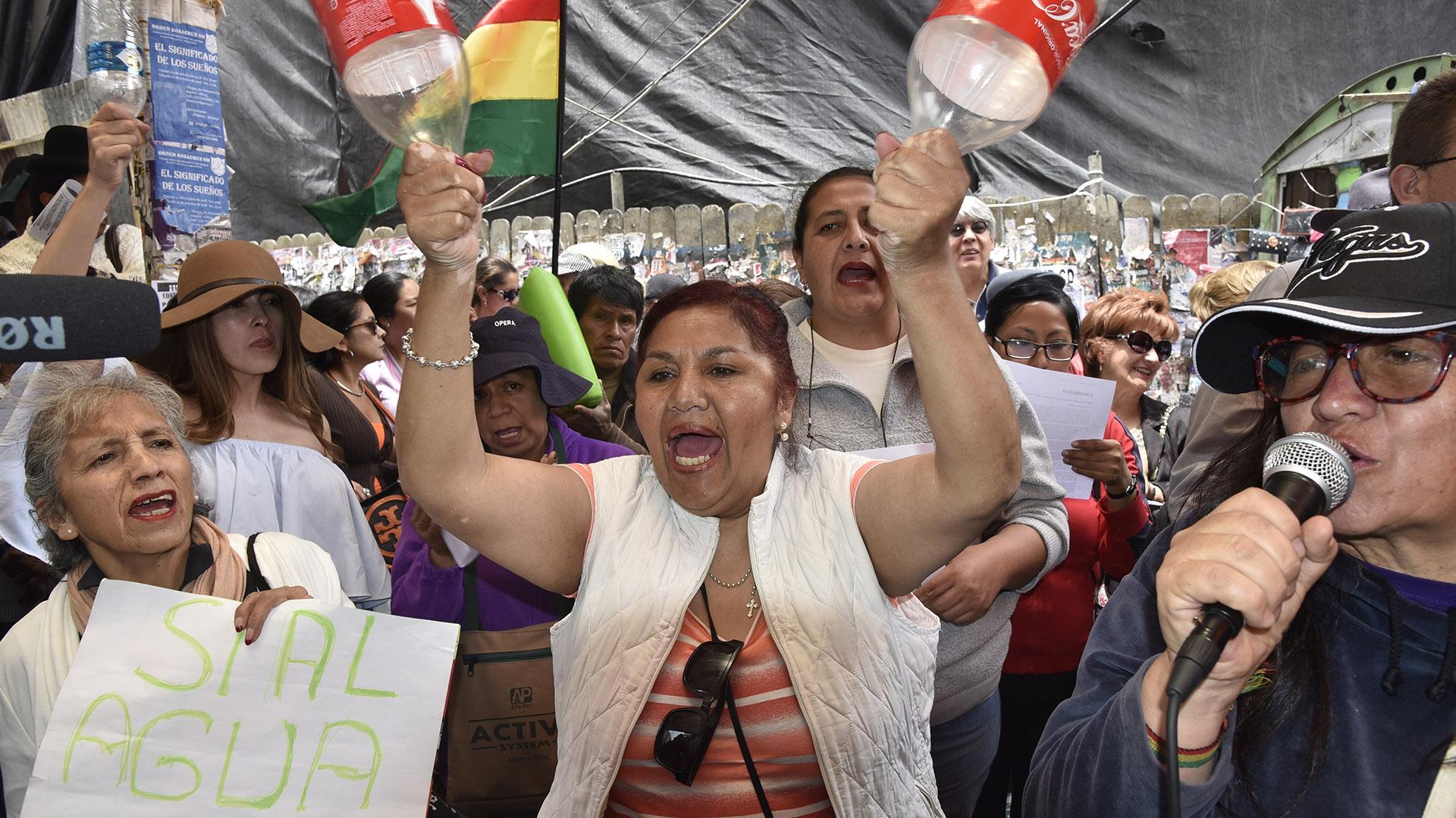 """Morales consideró que algunos medios y opositores están """"exagerando y politizando el tema"""" y los emplazó a que denuncien con nombres a la supuesta firma que opera en el lugar (AFP)"""