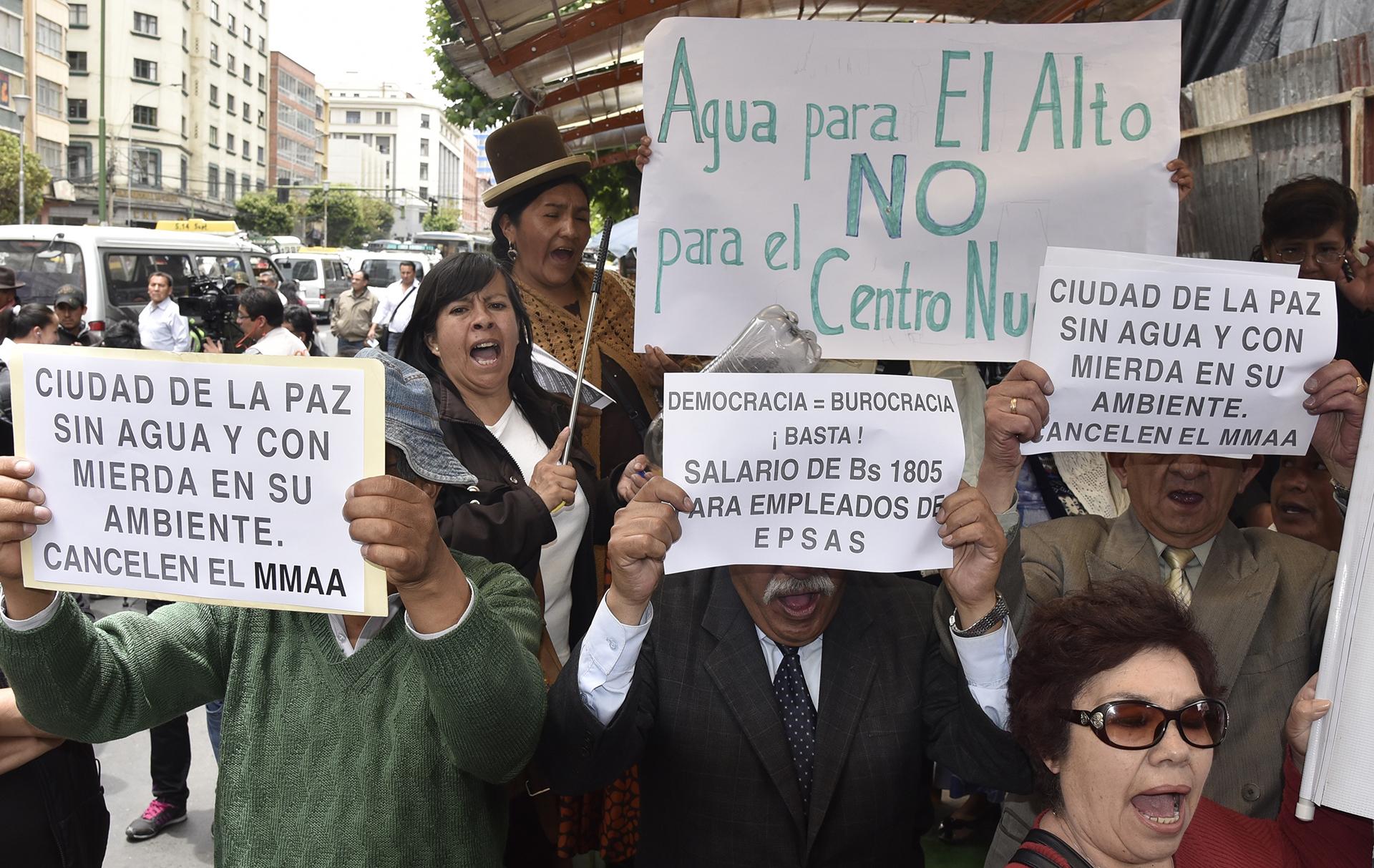 El domingo hubo una multitudinaria marcha en la zona sur de La Paz, cuyos vecinos se movilizaron hasta la embajada de China para protestar por los racionamientos por el rumor difundido en redes sociales de que una empresa de esa nacionalidad estaba captando el agua antes de que llegue a la represa de Hampaturi (AFP)