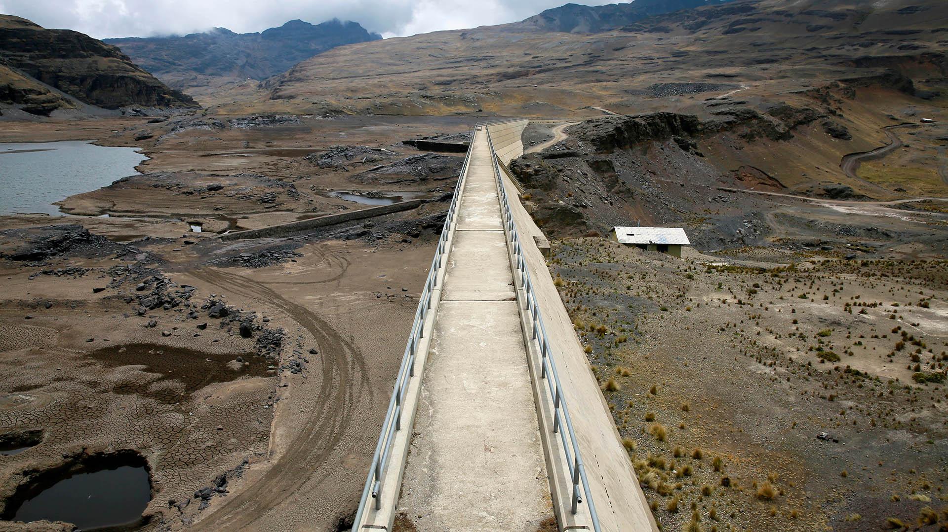 La sequía que sufre Bolivia, la peor en los últimos 25 años, afecta también a otras ciudades y al área rural y ha ocasionado protestas ciudadanas e incluso insólitos rituales y procesiones en el campo para pedir a Dios que llueva (Reuters)