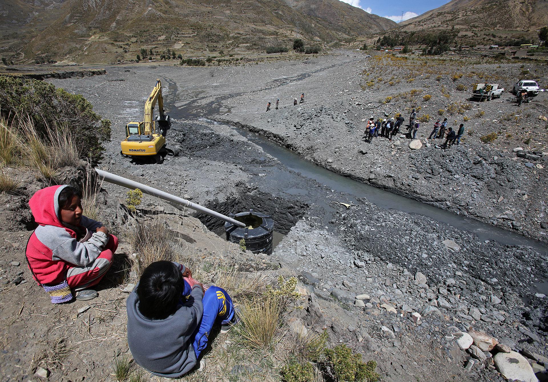 Niños bolivianos observan las obras en el sector de Collpani, desde donde se intentará bombear agua para la ciudad de La Paz (EFE)
