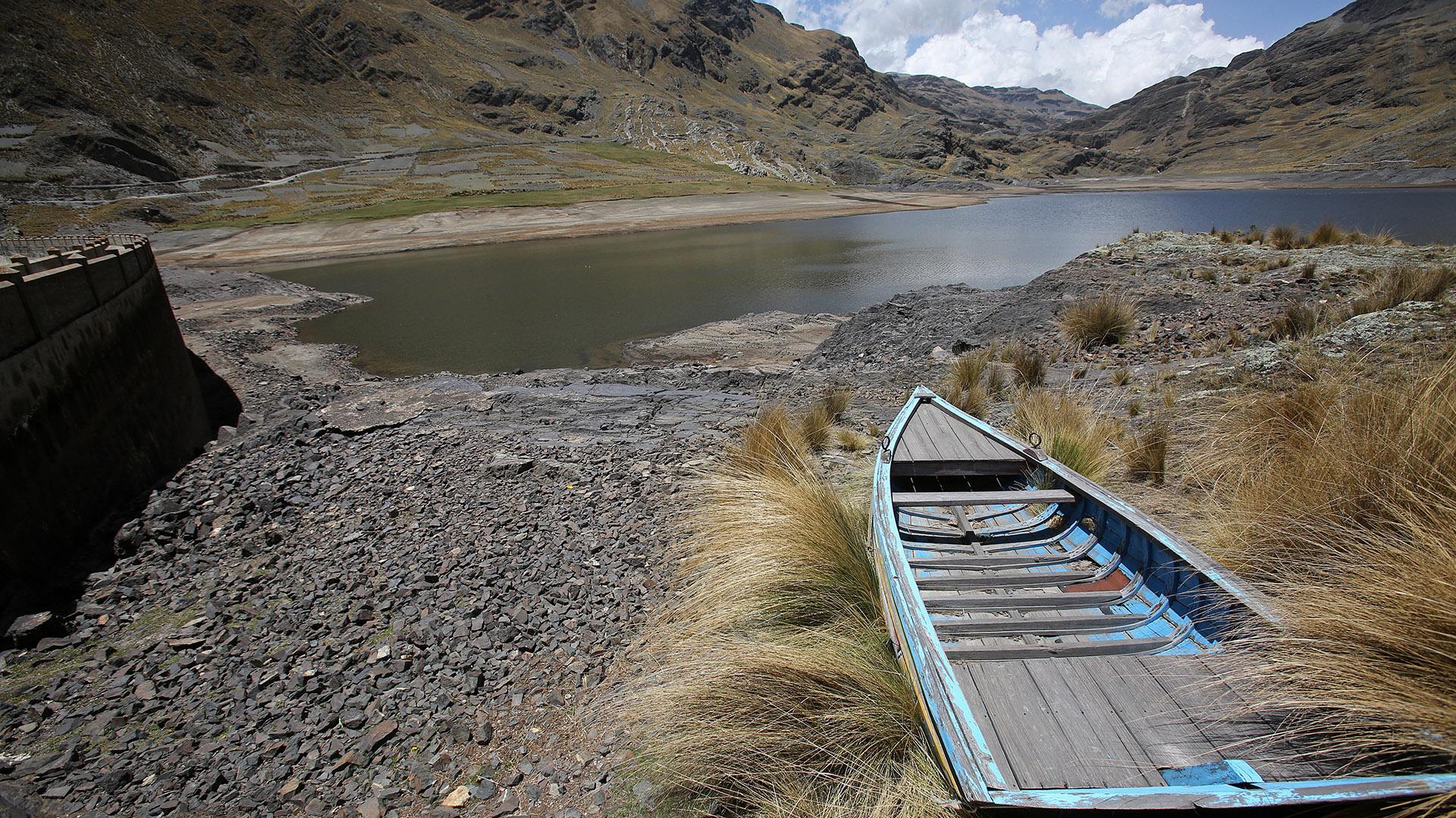 Vista de la represa de Hampaturi, en La Paz, en estado de sequía, lo que provocado racionamientos de agua para alrededor de 340.000 bolivianos (EFE)