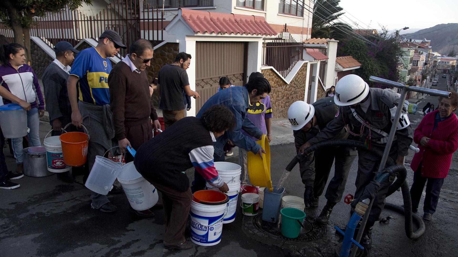 Militares estuvieron dando agua a muchos vecinos de La Paz (AP)