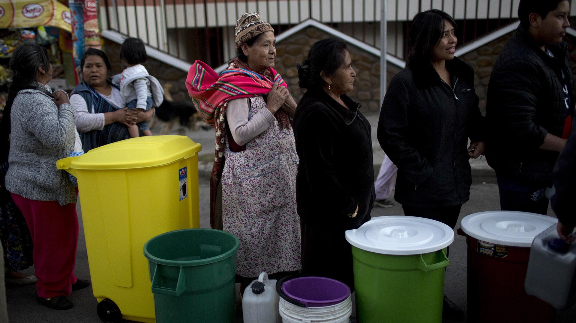Las filas de los bolivianos por intentar conseguir agua (AP)