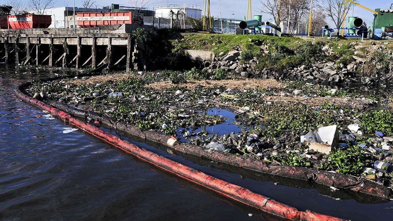 La basura se amontona en una de las orillas del riachuelo