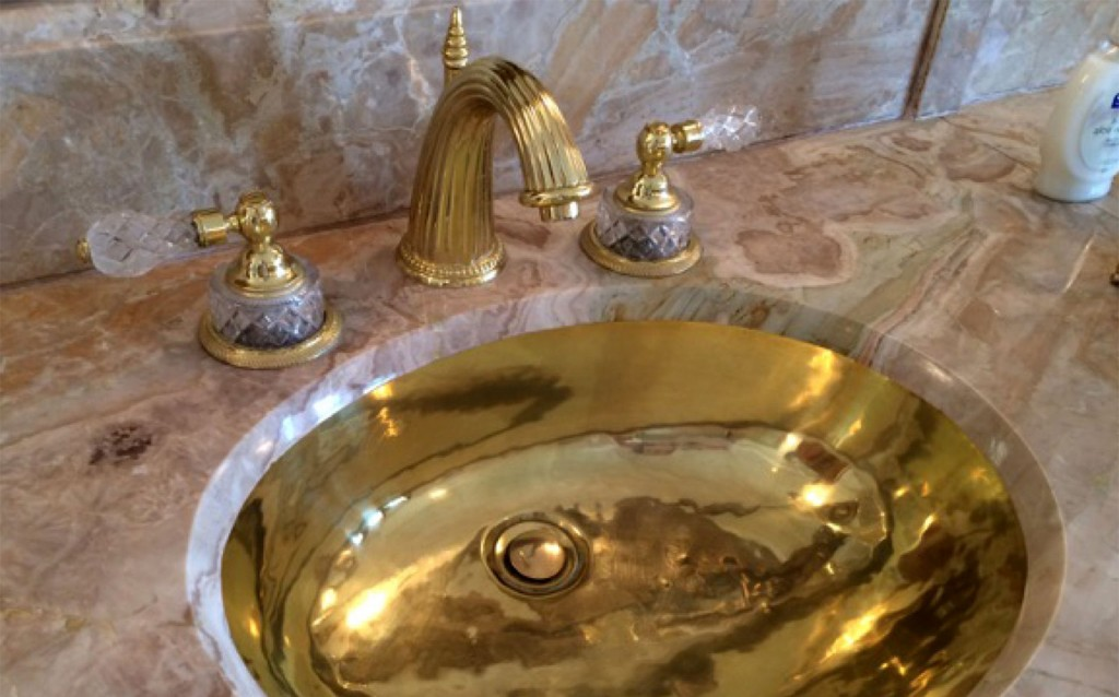 La propiedad tiene casi 7 hectáreas y 126 habitaciones, y detalles de oro y mármol (The Washington Post)