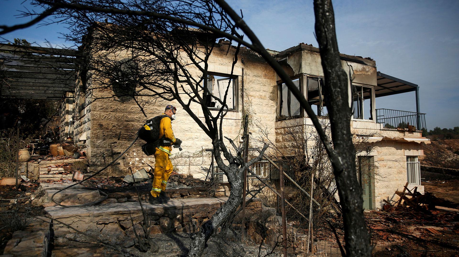 Los incendios dejaron varias viviendas carbonizadas (Reuters)