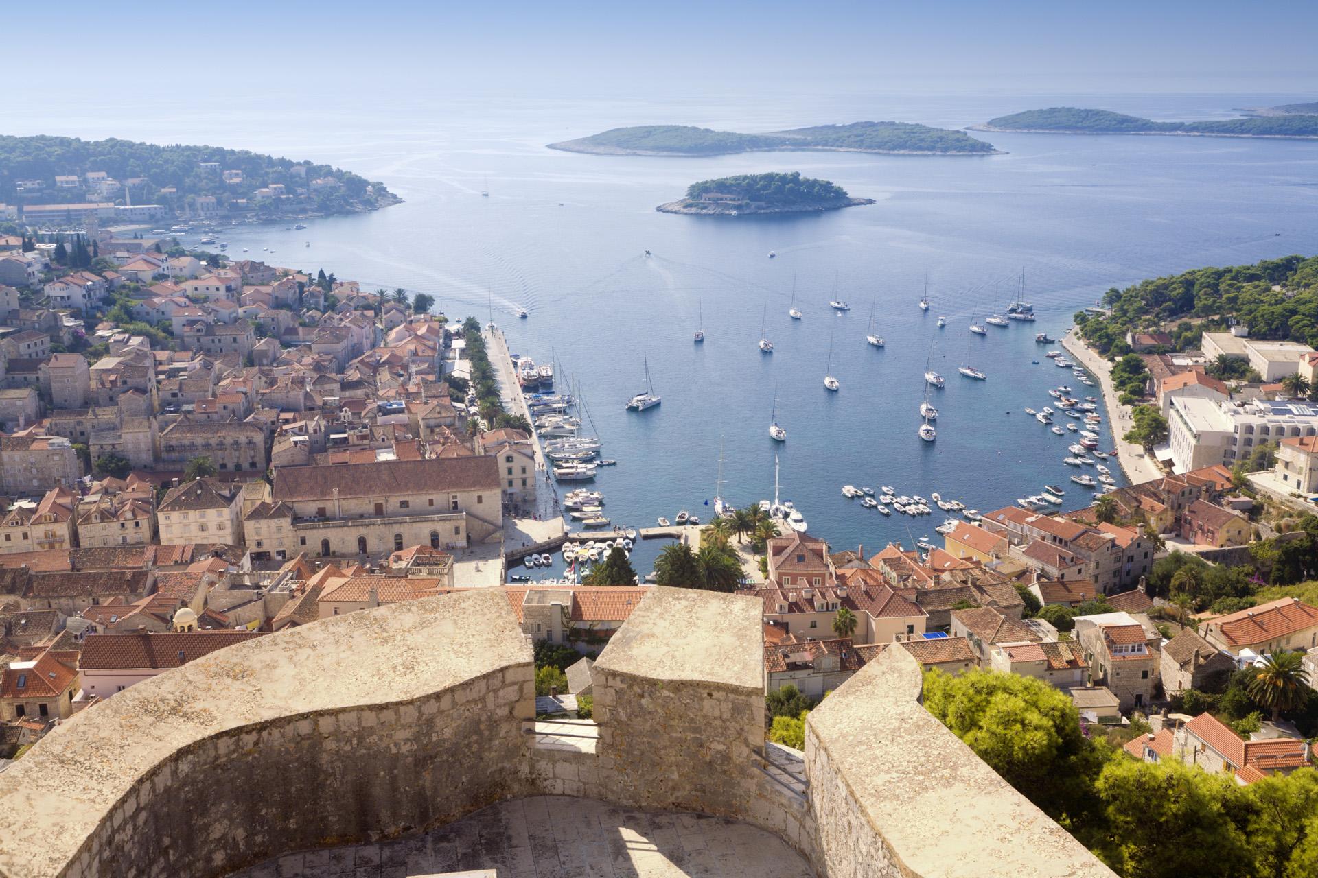 Los primeros asentamientos humanos datan de la época de los ilirios, pero no fue hasta la llegada de los griegos, que fundaron en la isla la colonia de Faros, cuando adquirió cierta relevancia. (iStock)