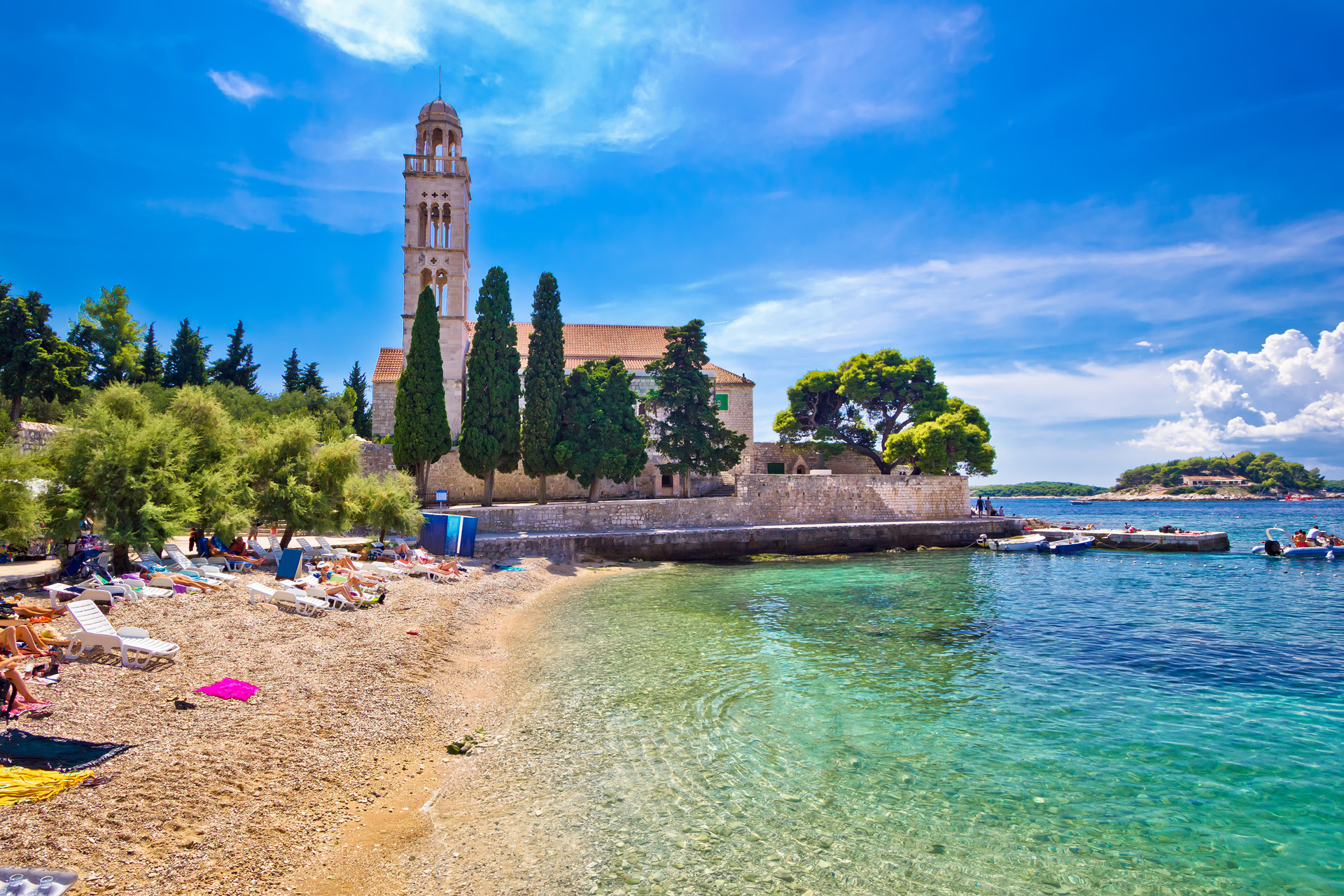Hvar es una isla localizada en el mar Adriático, frente a la recortada costa de Croacia, en la región de Dalmacia central (iStock)