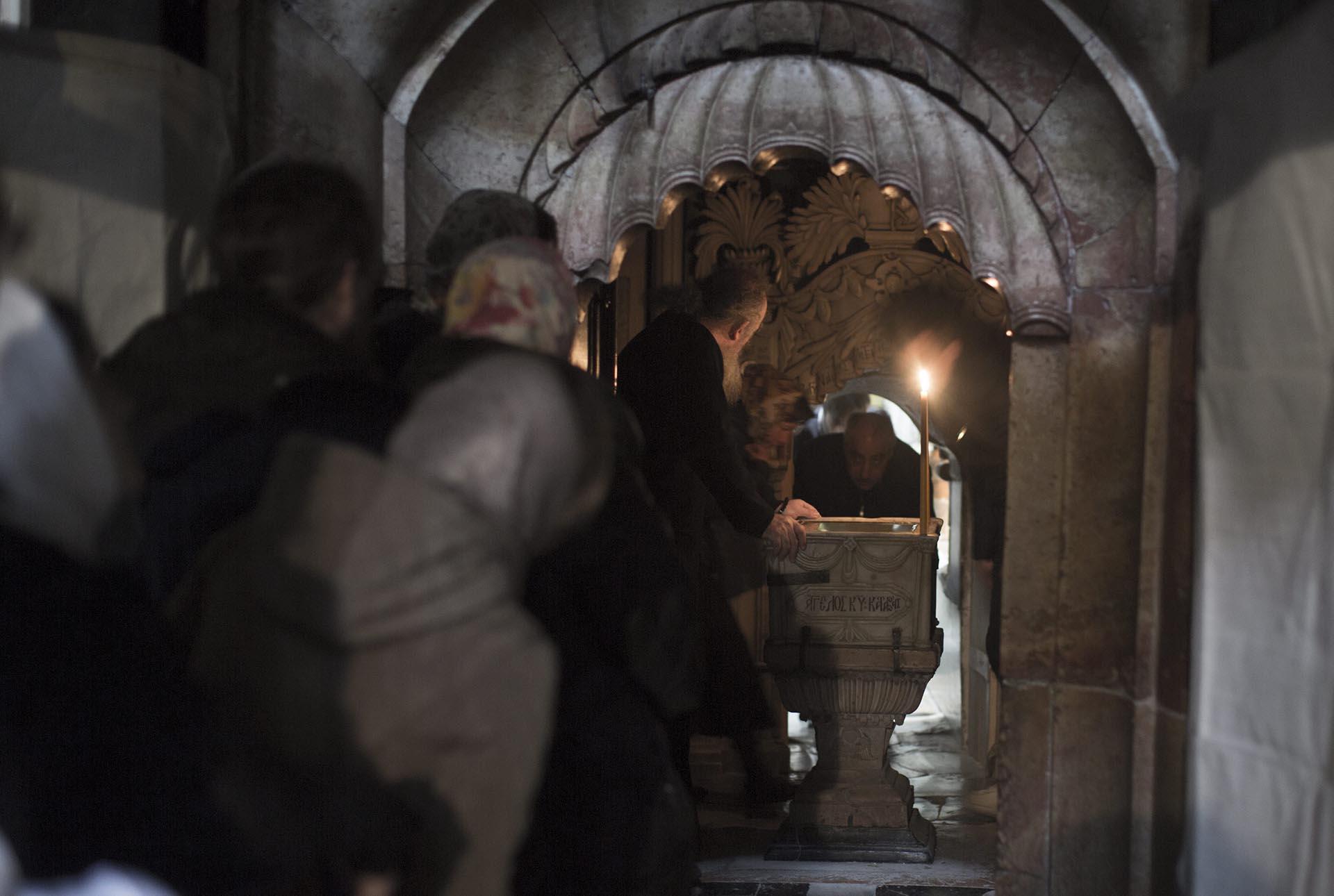 Cristianos esperan para ver la tumba de Jesucristo en la Iglesia de la Santa Sepultura en Jerusalén, Israel