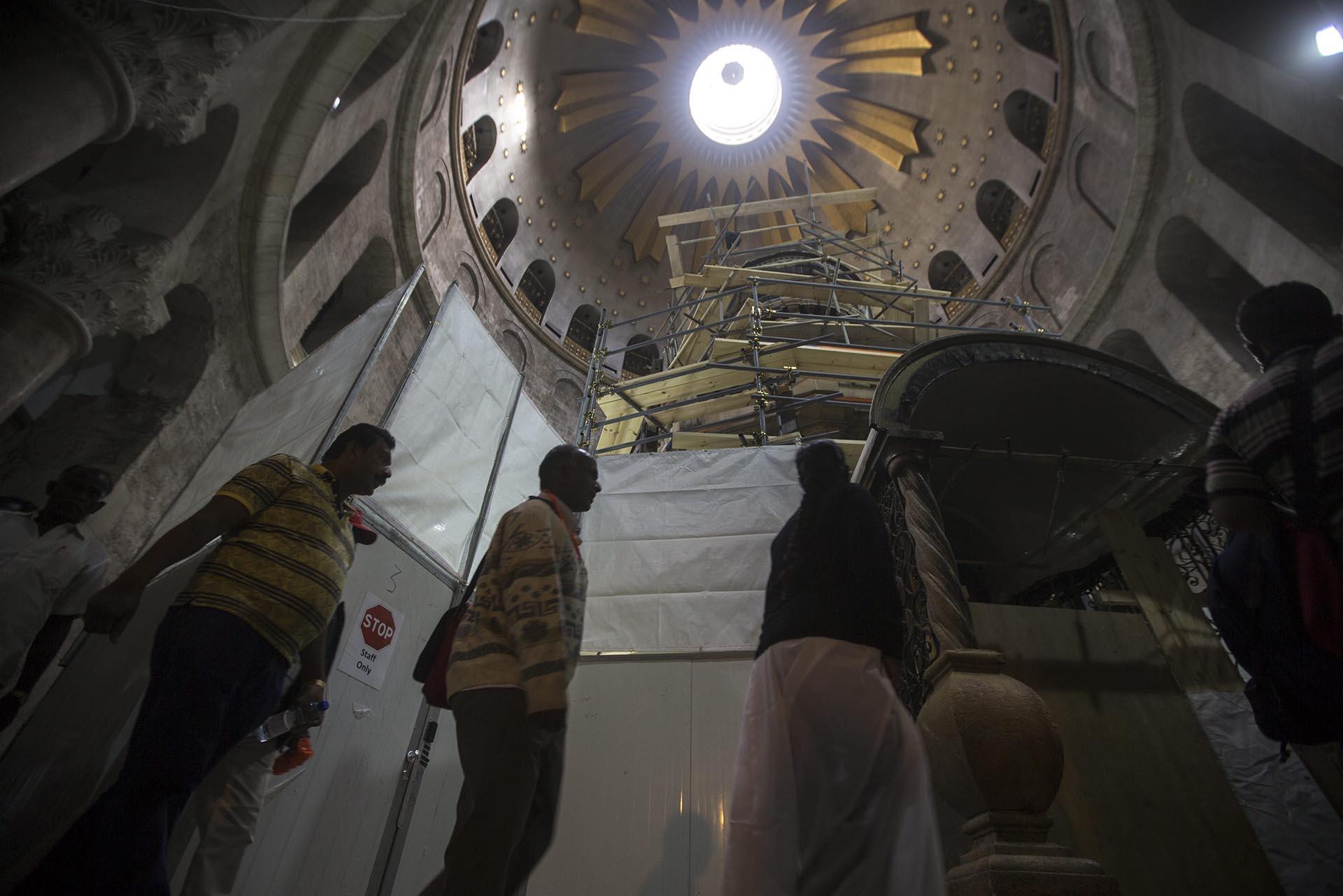 Cristianos esperan para visitar la tumba de Jesucristo en la Iglesia de la Santa Sepultura en Jerusalén, Israel